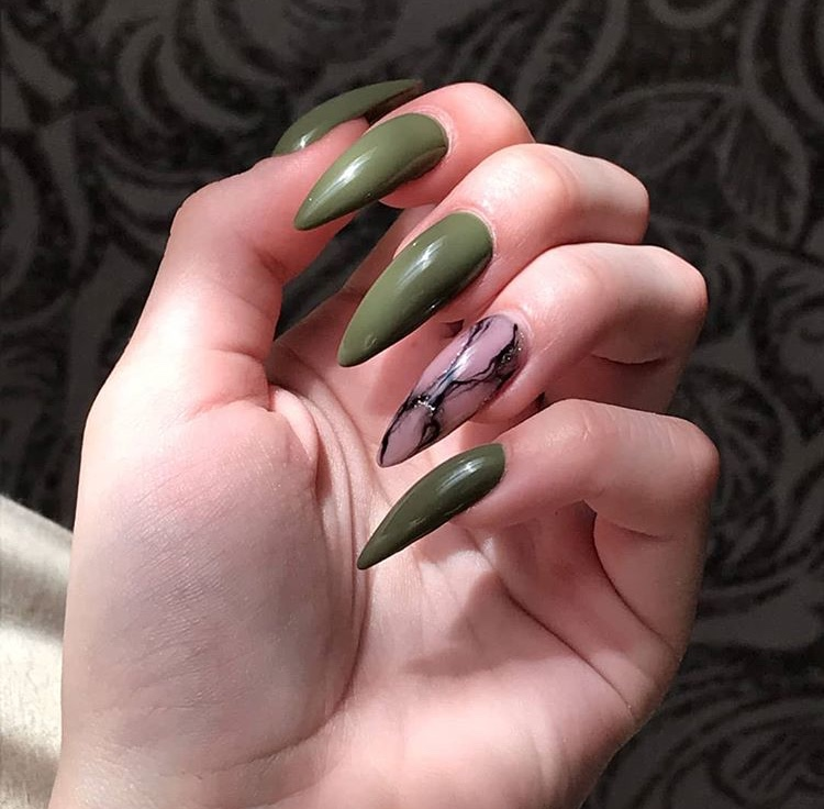 Маникюр с мраморным дизайном в оливковом цвете на длинные ногти.