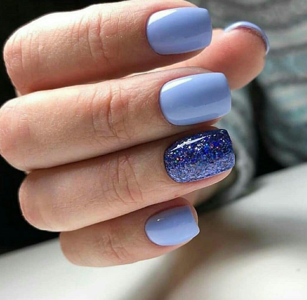 Маникюр с блестками в голубом цвете.