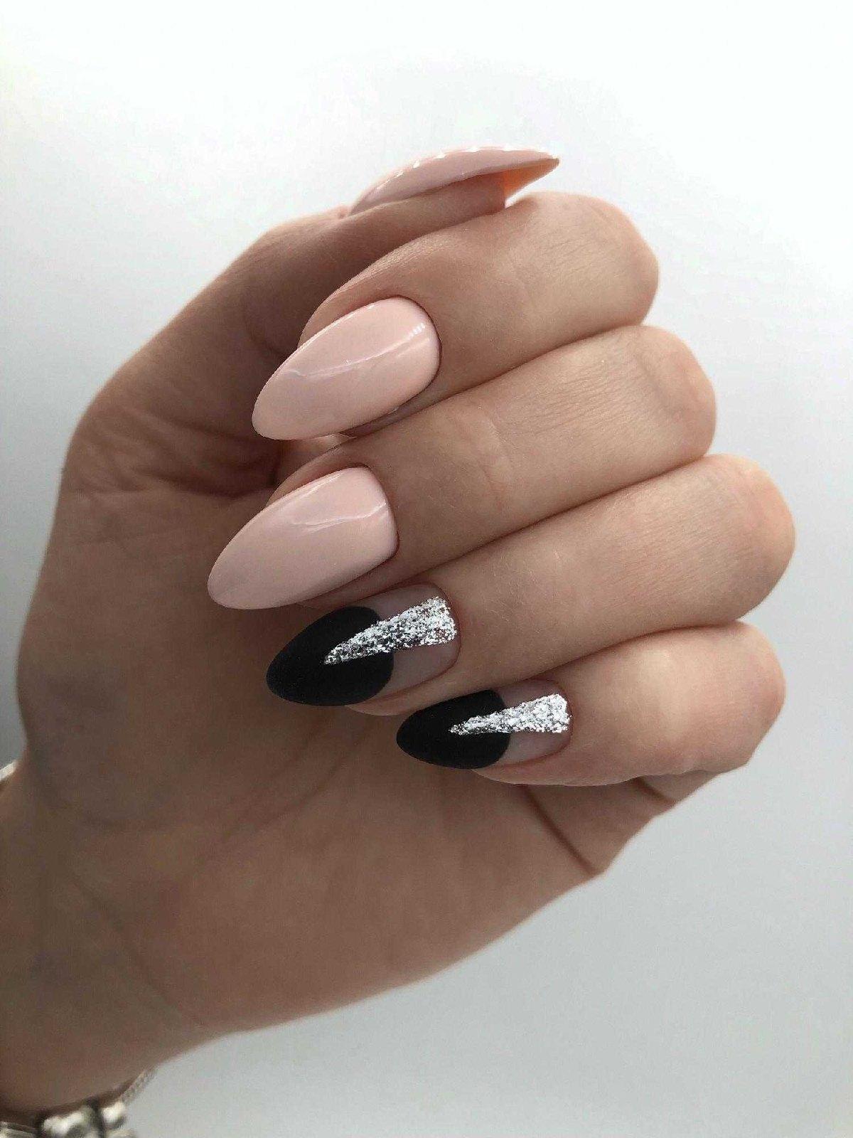 Маникюр с лунным дизайном и серебряными блестками в розовом цвете.