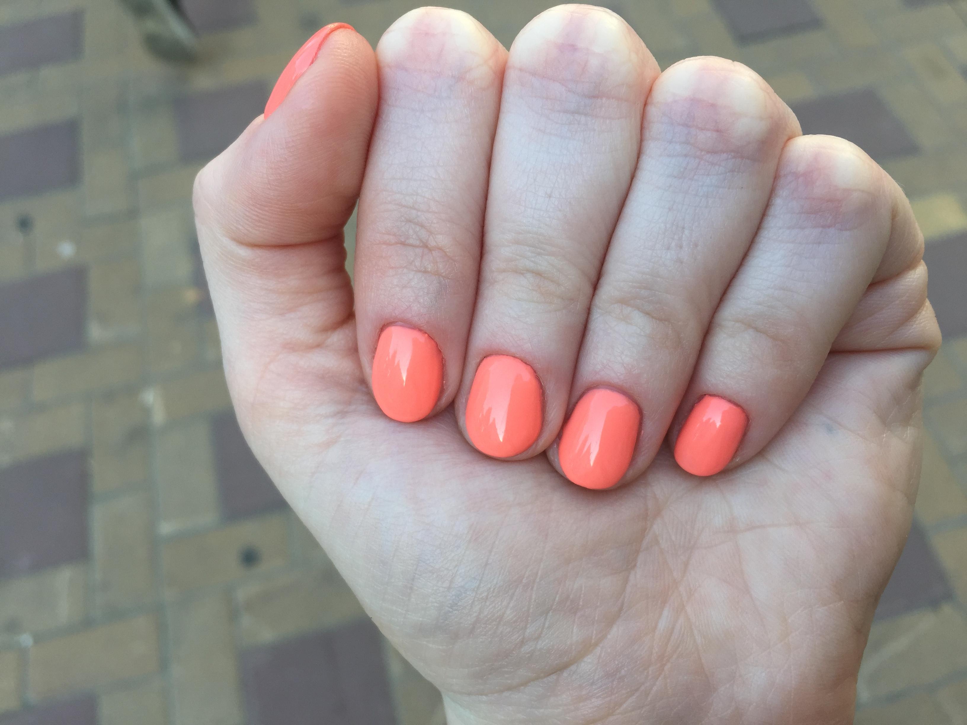 Маникюр в персиковом цвете на короткие ногти.