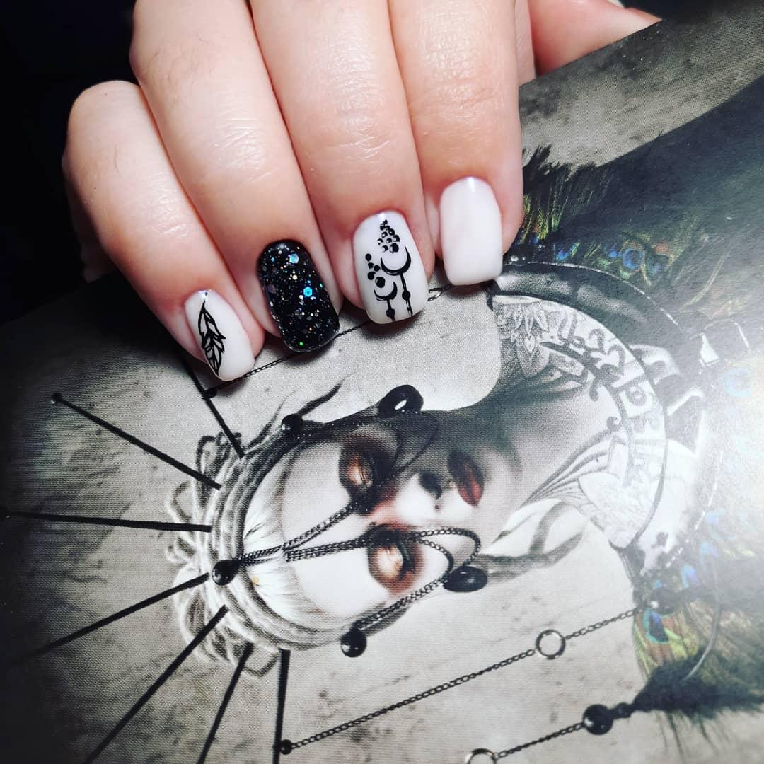 Маникюр с этническим рисунком и блестками в молочном цвете на короткие ногти.
