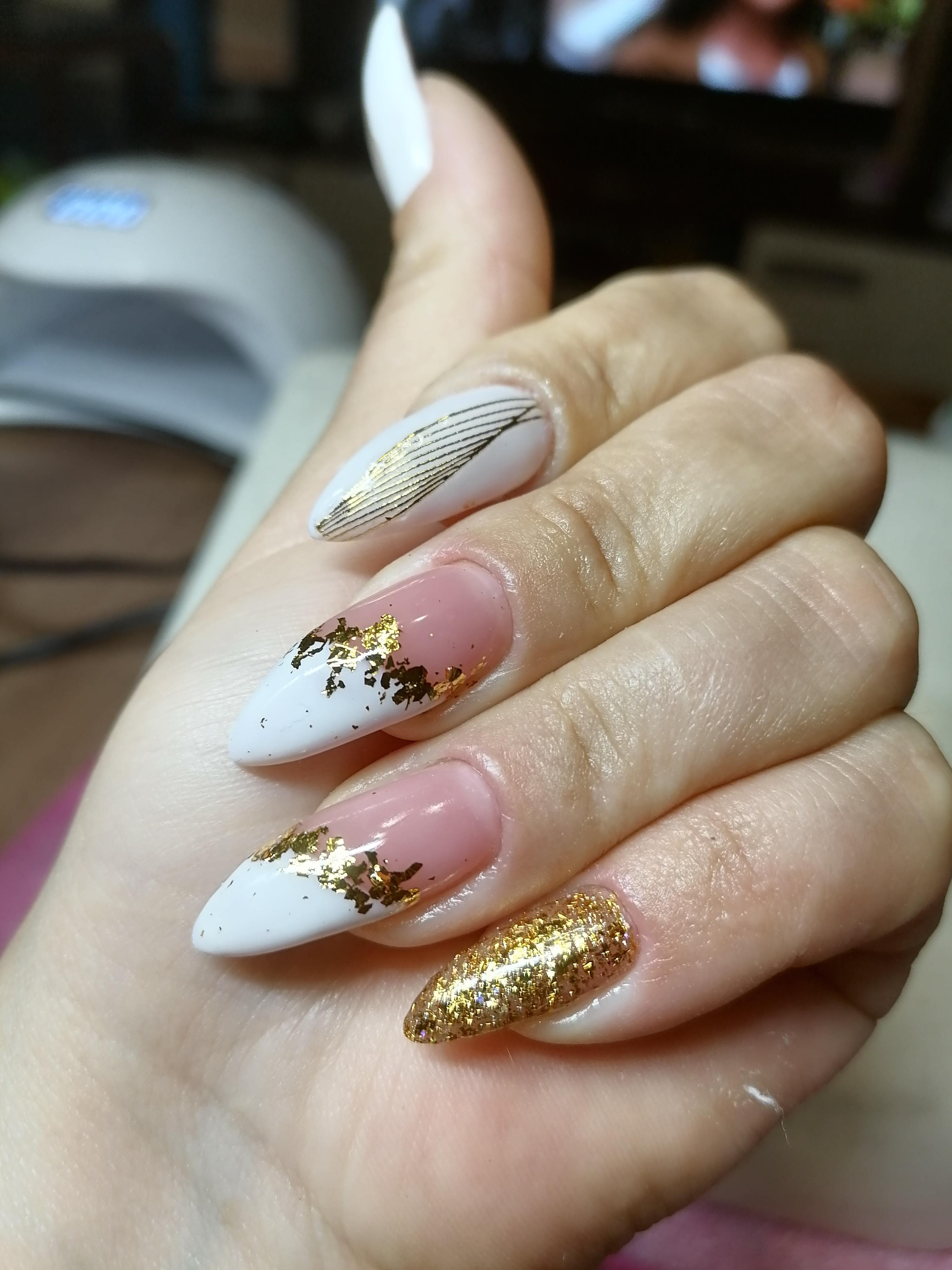 Маникюр с золотой фольгой и блестками на длинные ногти.