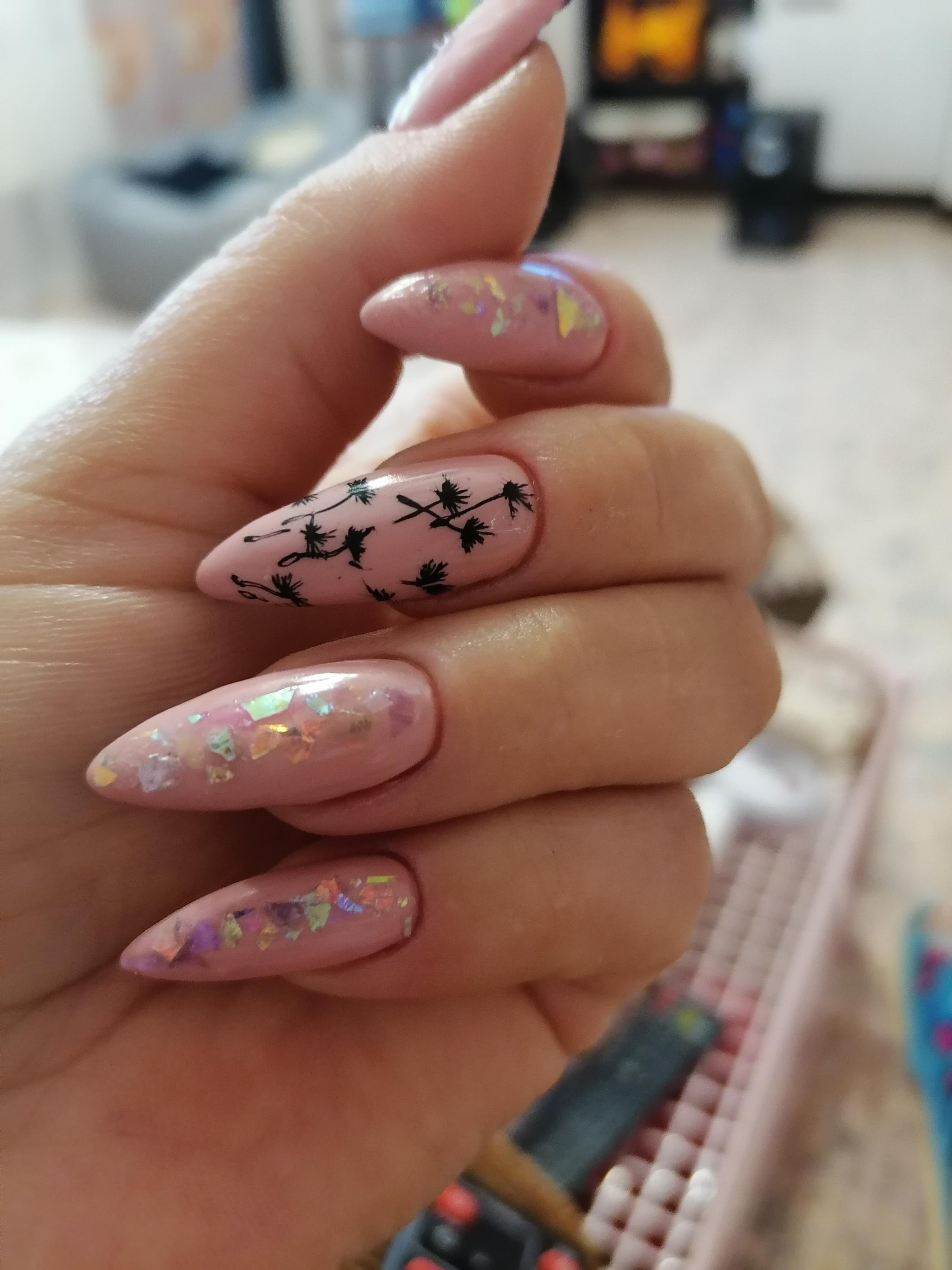 Маникюр с одуванчиками и дизайном битое стекло в розовом цвете на длинные ногти.