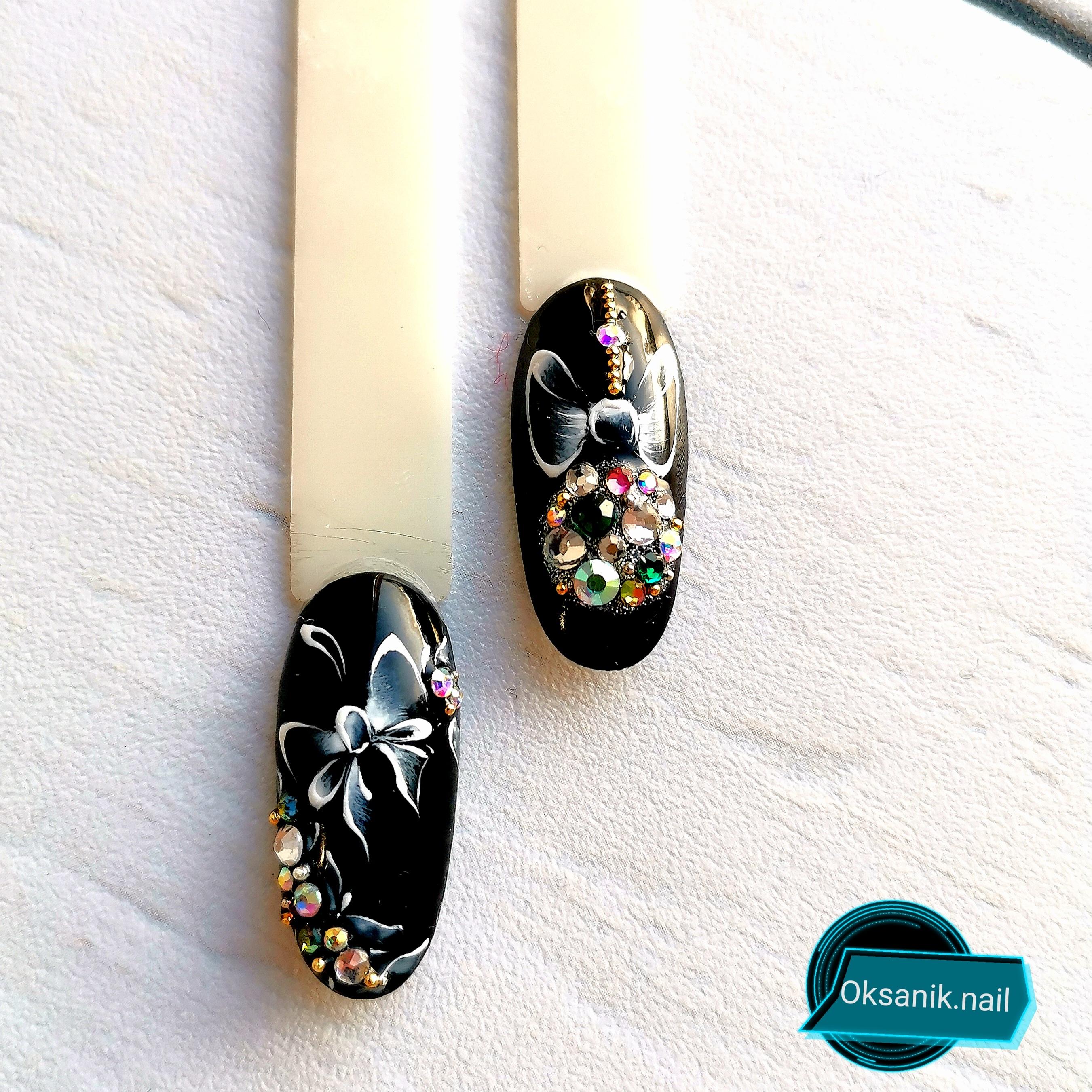 Маникюр в чёрном цвете с новогодним и цветочным рисунками, разноцветными стразами.