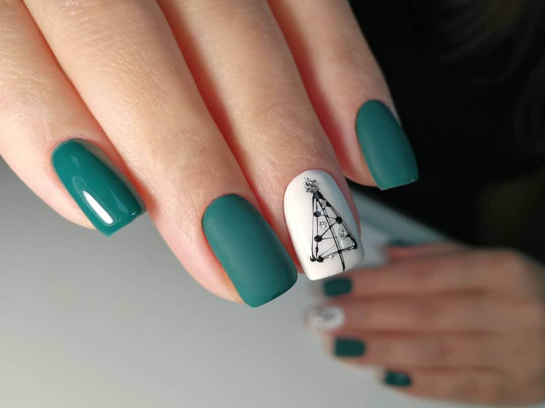 Новогодний матовый маникюр с елочкой в зеленом цвете на короткие ногти.