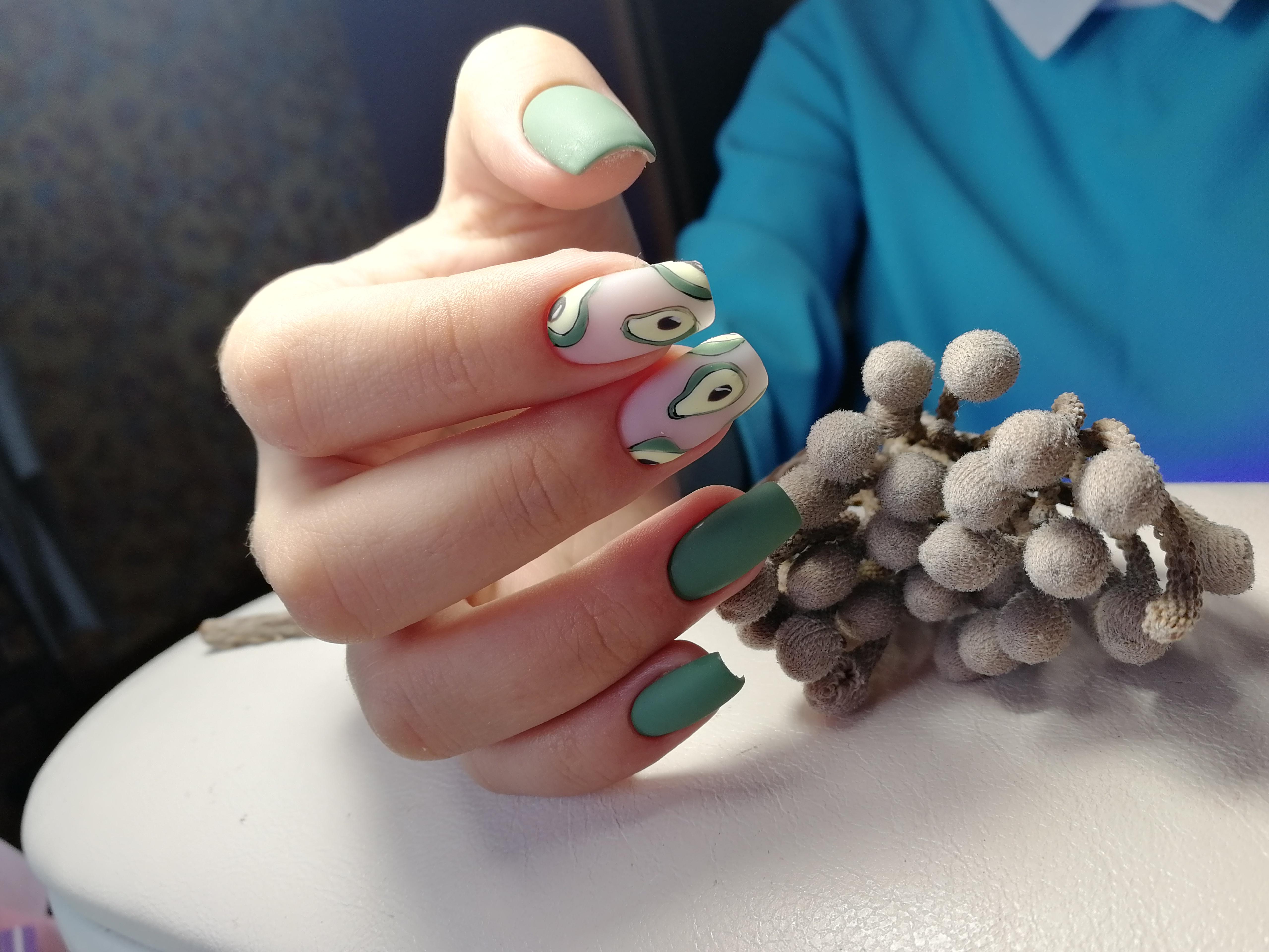 Матовый маникюр с авокадо в изумрудном цвете на длинные ногти.