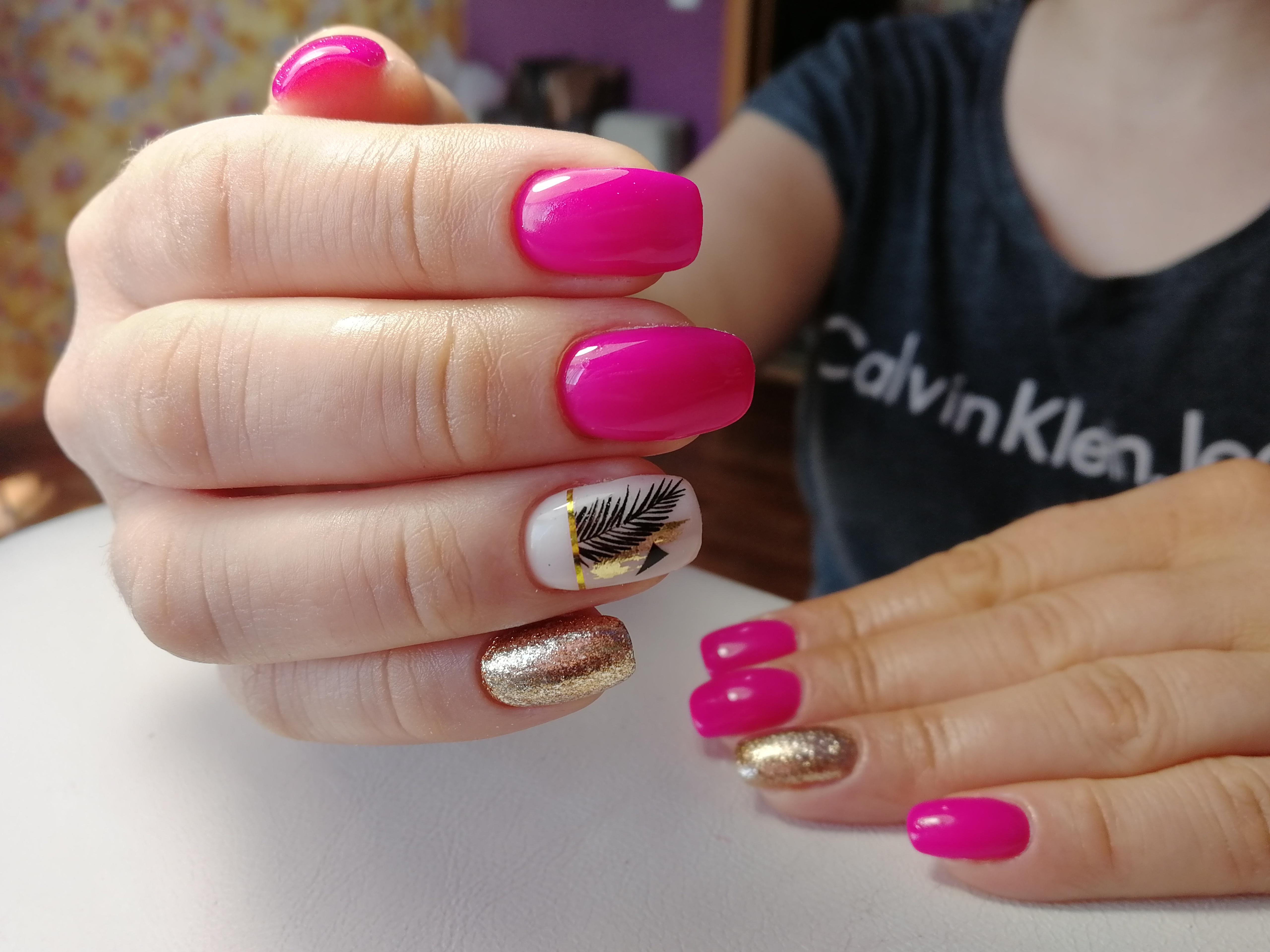 Маникюр с растительными слайдерами и золотыми блестками в цвете фуксия на короткие ногти.