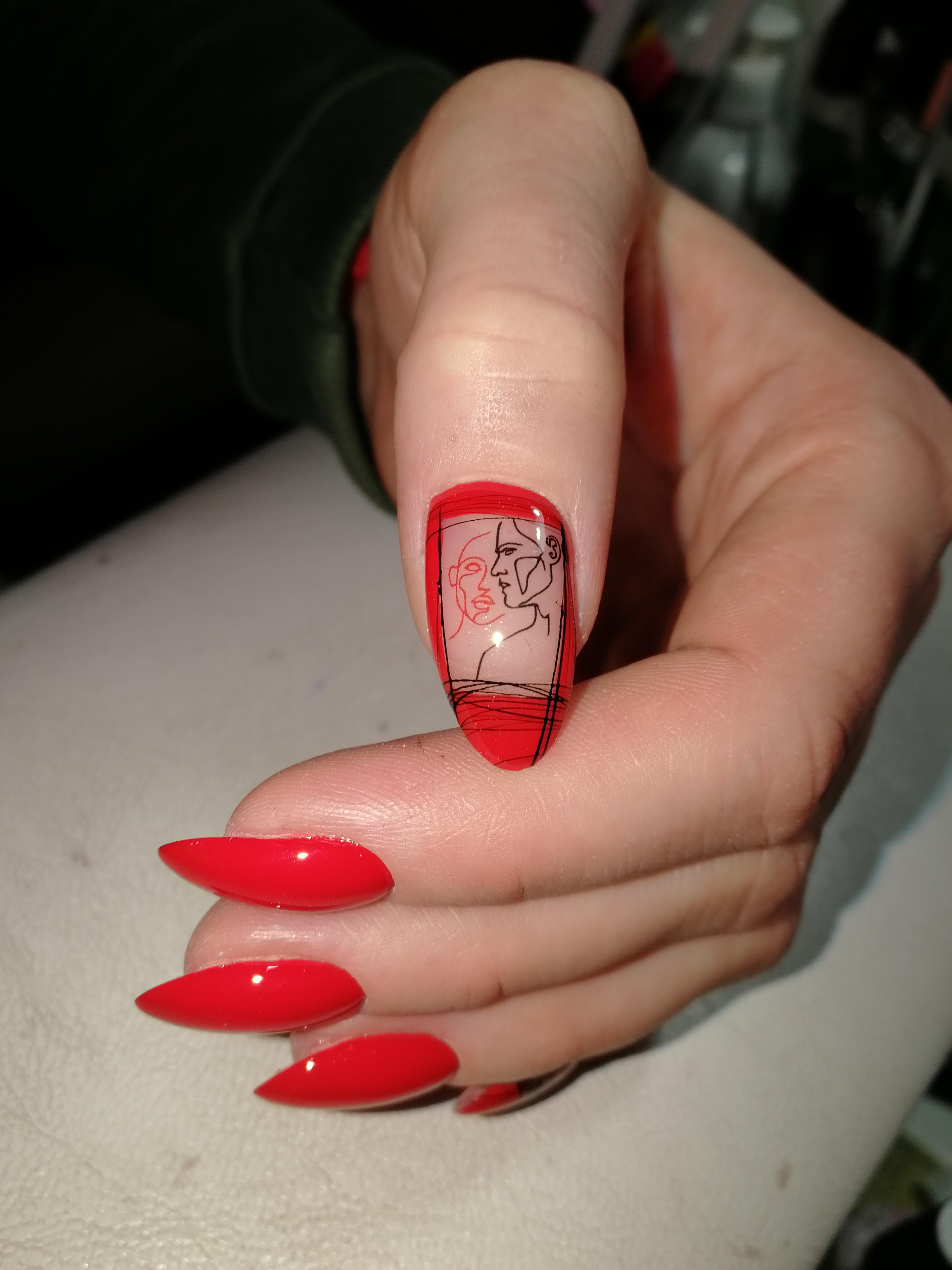 Маникюр с абстрактным слайдером в красном цвете.