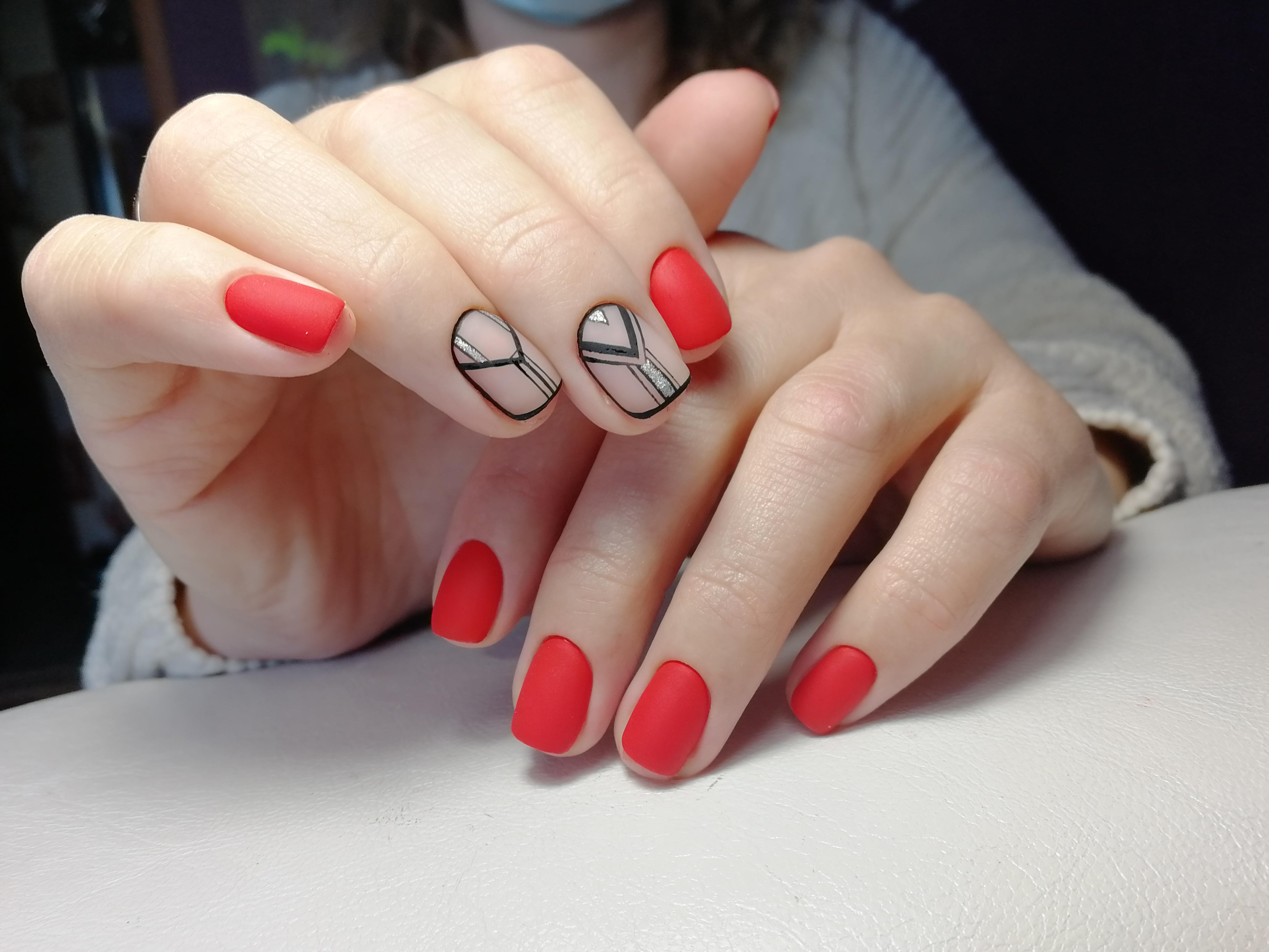 Матовый геометрический маникюр в красном цвете.