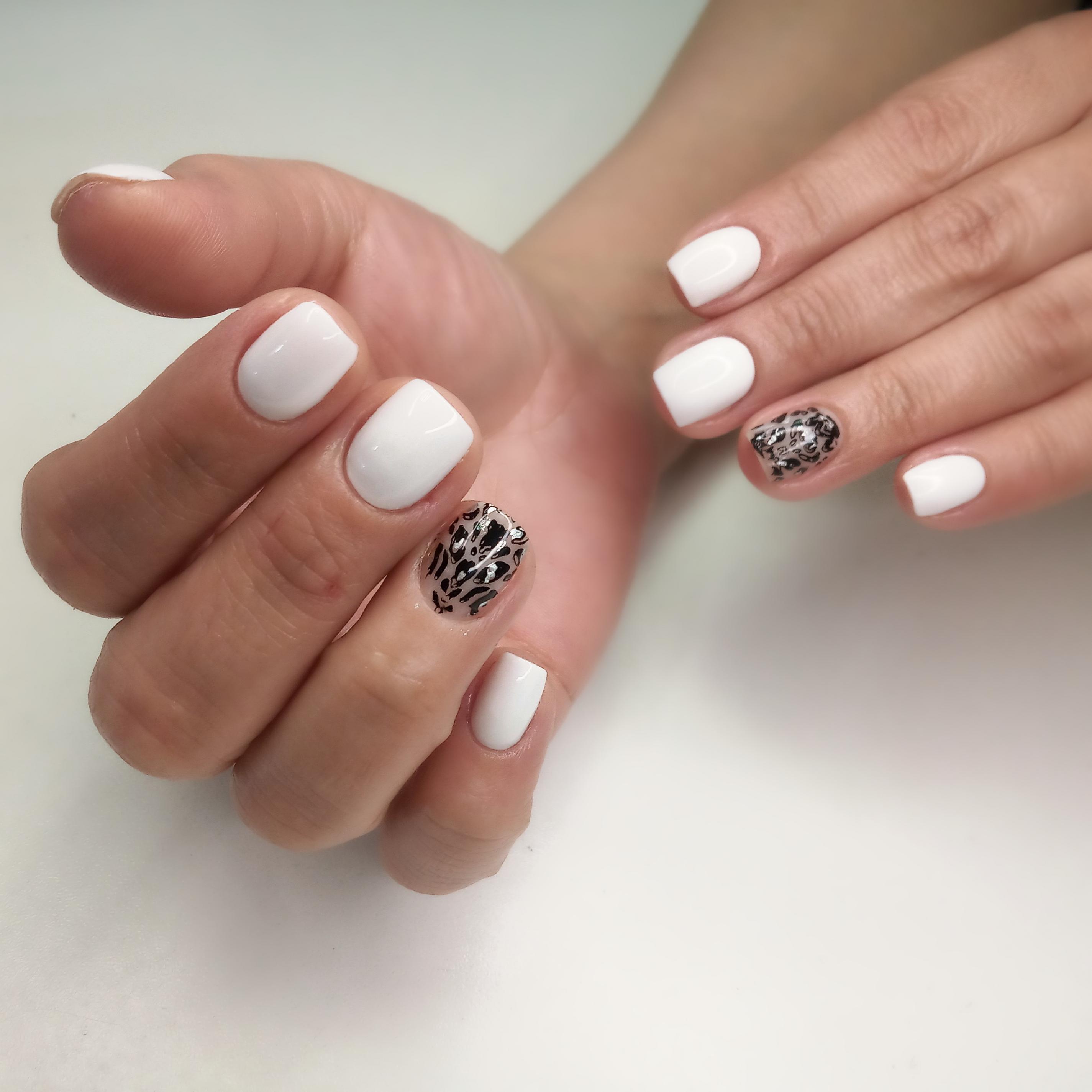 Маникюр с леопардовым принтом в белом цвете на короткие ногти.