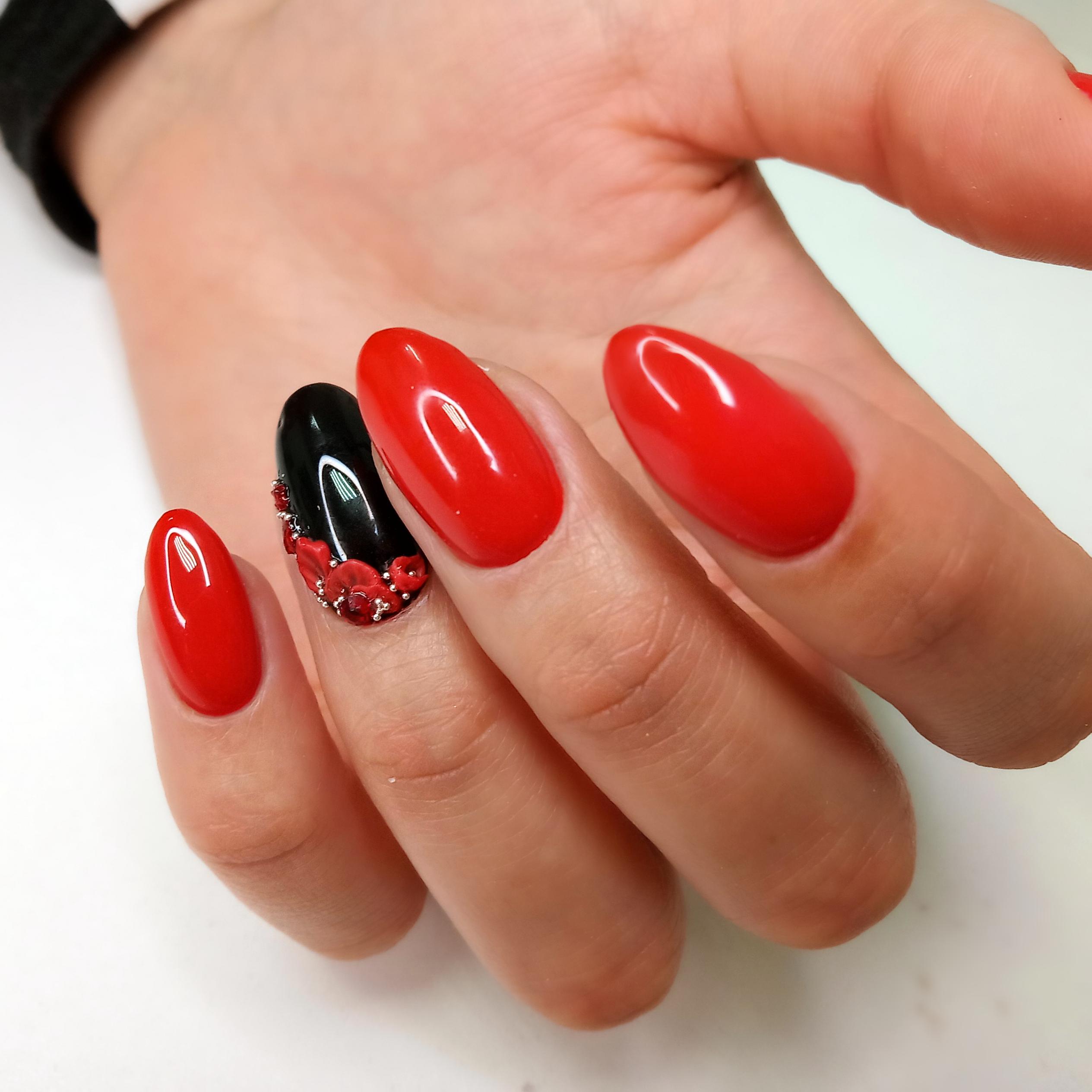 Маникюр с цветочной лепкой в красном цвете на длинные ногти.