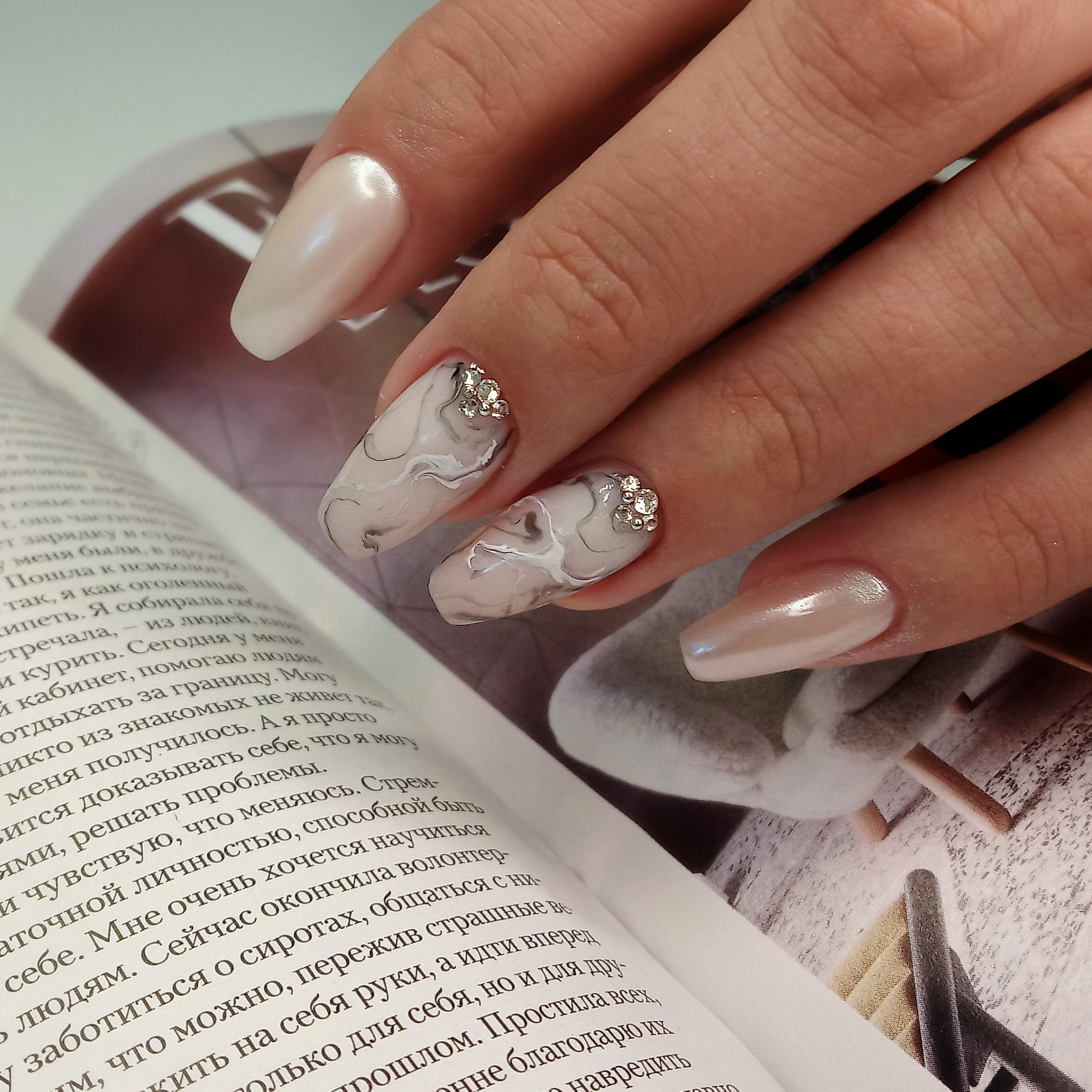 Маникюр с мраморным дизайном,стразами и втиркой на длинные ногти.