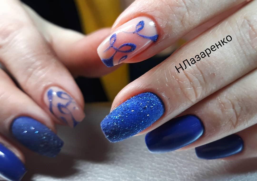 Маникюр с песочным дизайном в синем цвете на длинные ногти.