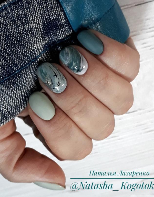 Маникюр с морским дизайном в пастельных тонах на короткие ногти.