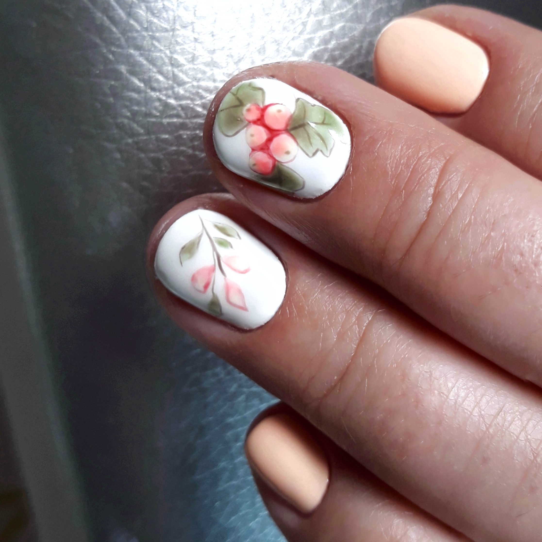 Маникюр с акварельным рисунком в персиковом цвете на короткие ногти.