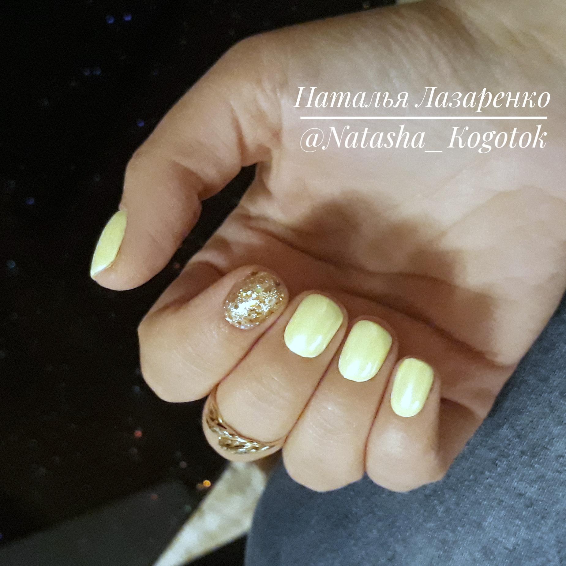 Маникюр с золотыми блестками в желтом цвете на короткие ногти.