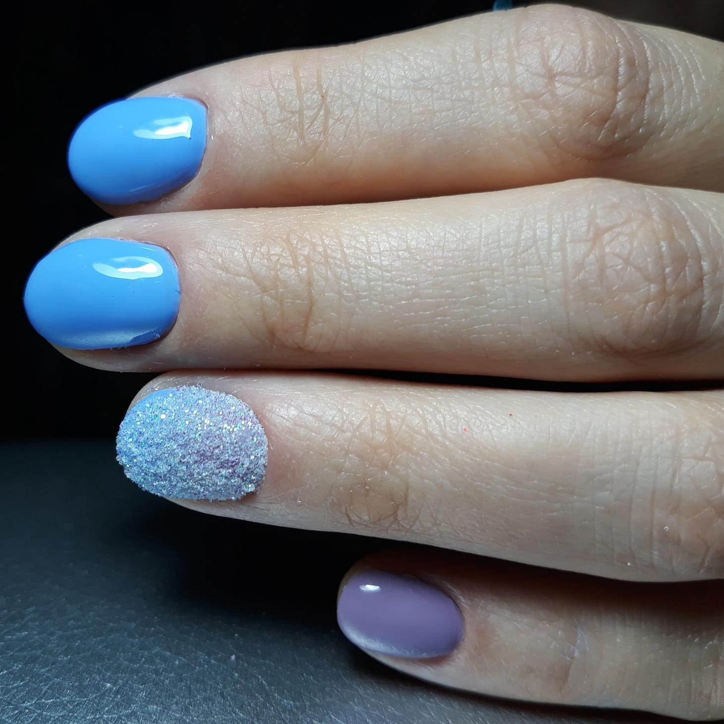 Маникюр с песочным дизайном в голубом цвете на короткие ногти.