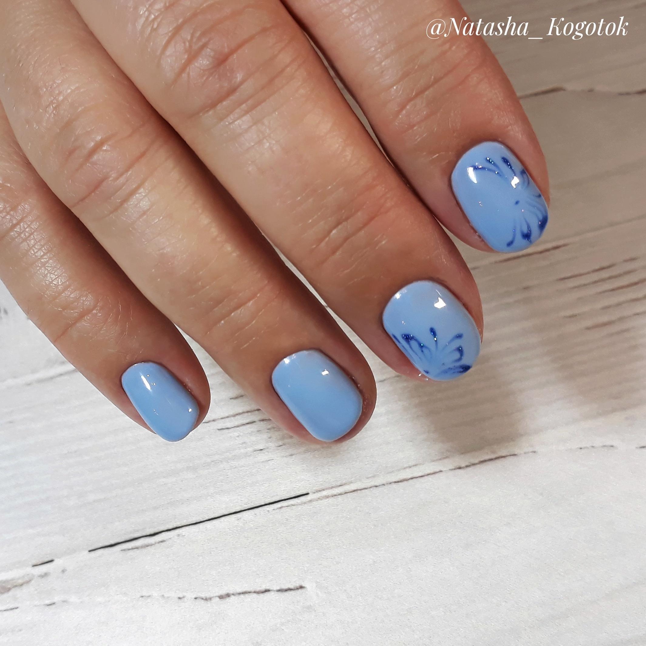 Маникюр с рисунком в голубом цвете на короткие ногти.