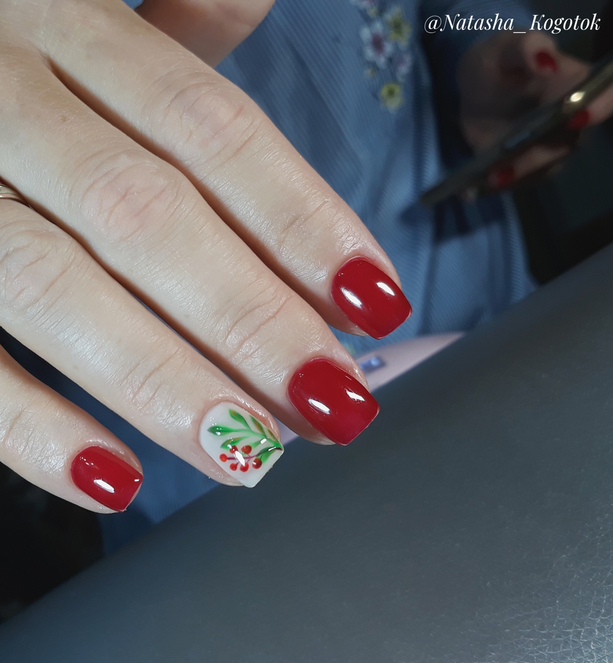 Маникюр с растительным рисунком в темно-красном цвете на короткие ногти.