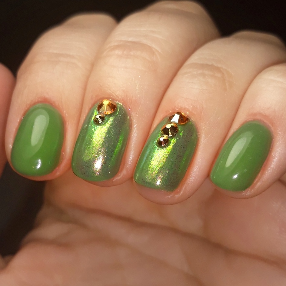 Маникюр с втиркой и стразами в зеленом цвете на короткие ногти.
