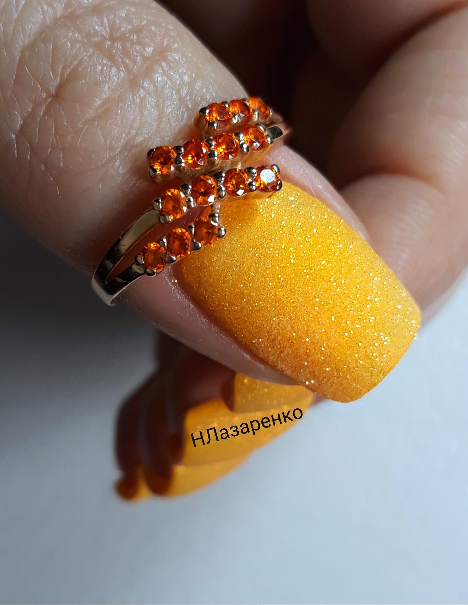 Песочный маникюр в желтом цвете на короткие ногти.