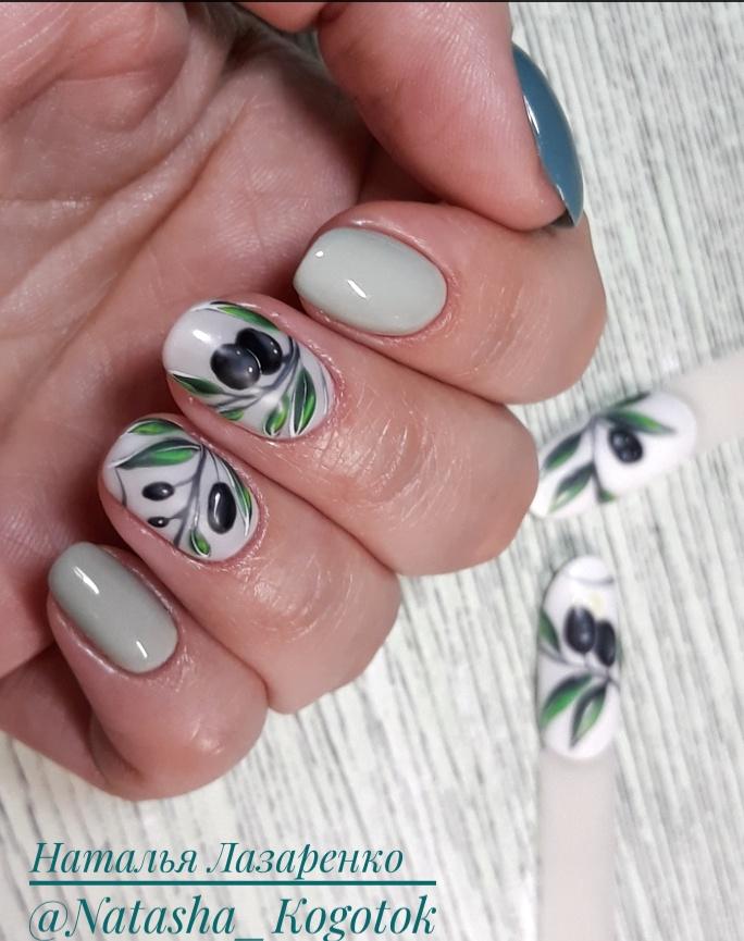 Маникюр с рисунком в оливковом цвете на короткие ногти.