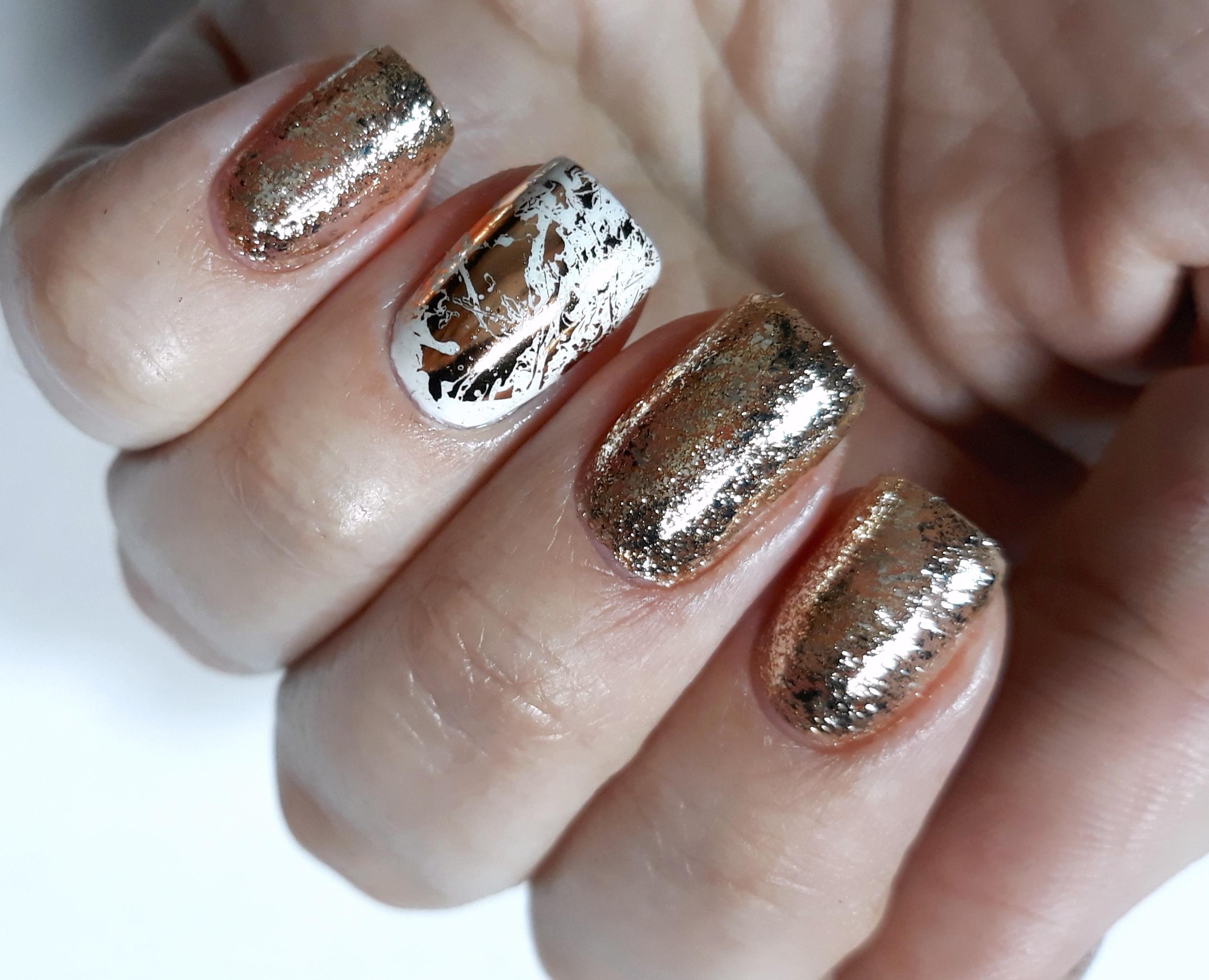 Блестящий маникюр с золотой фольгой на короткие ногти.