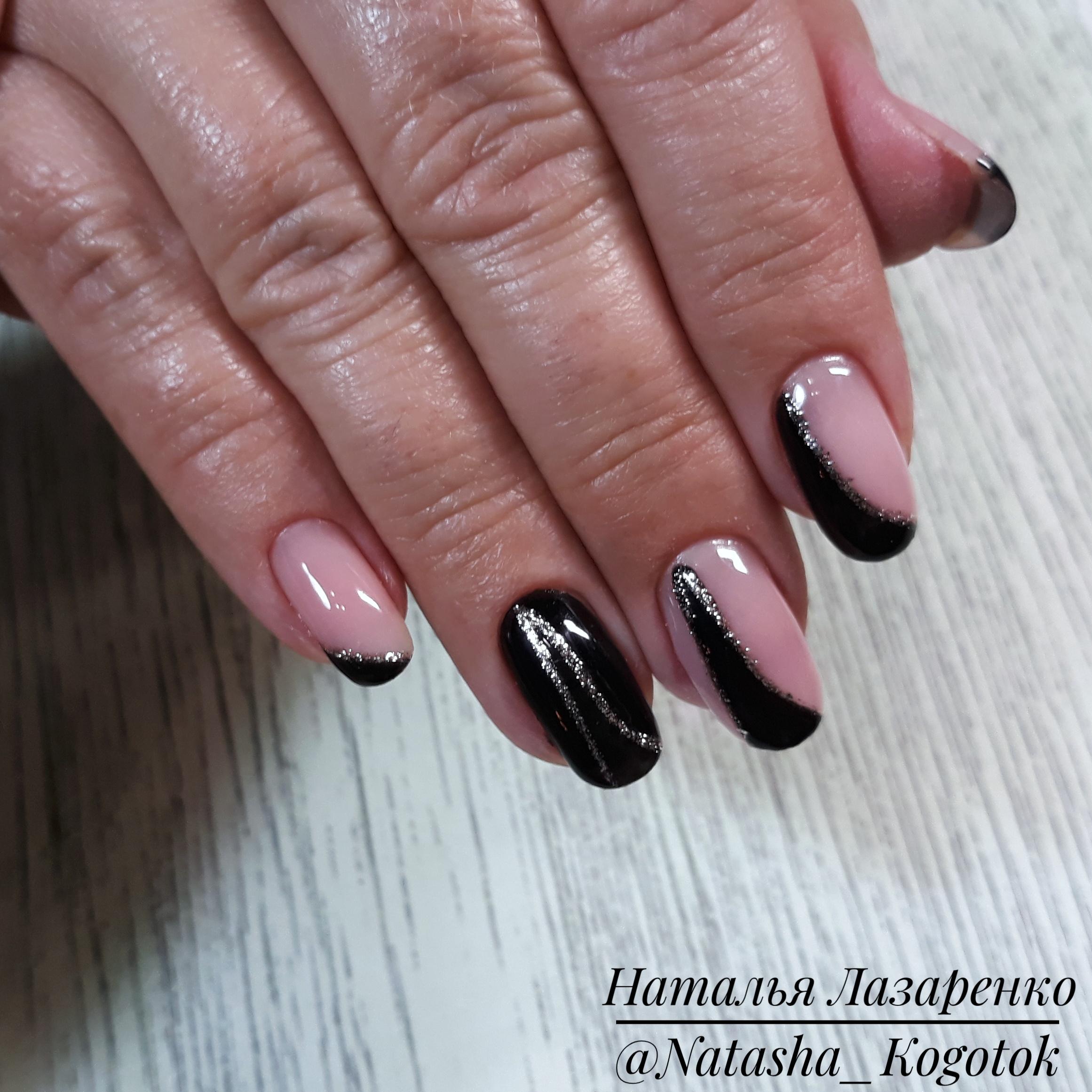 Геометрический маникюр с блестками в черном цвете на короткие ногти.