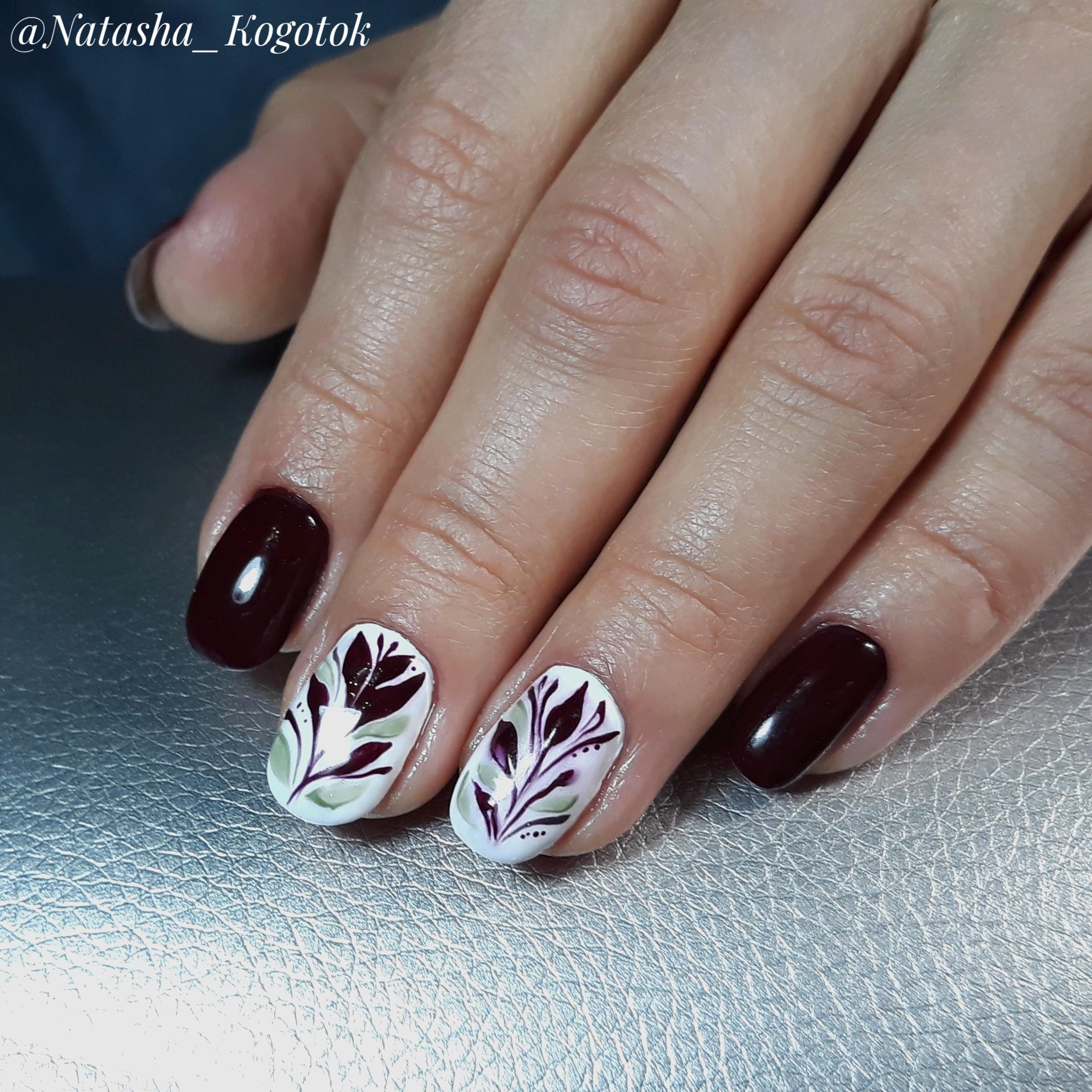 Маникюр с растительным рисунком в шоколадном цвете на короткие ногти.