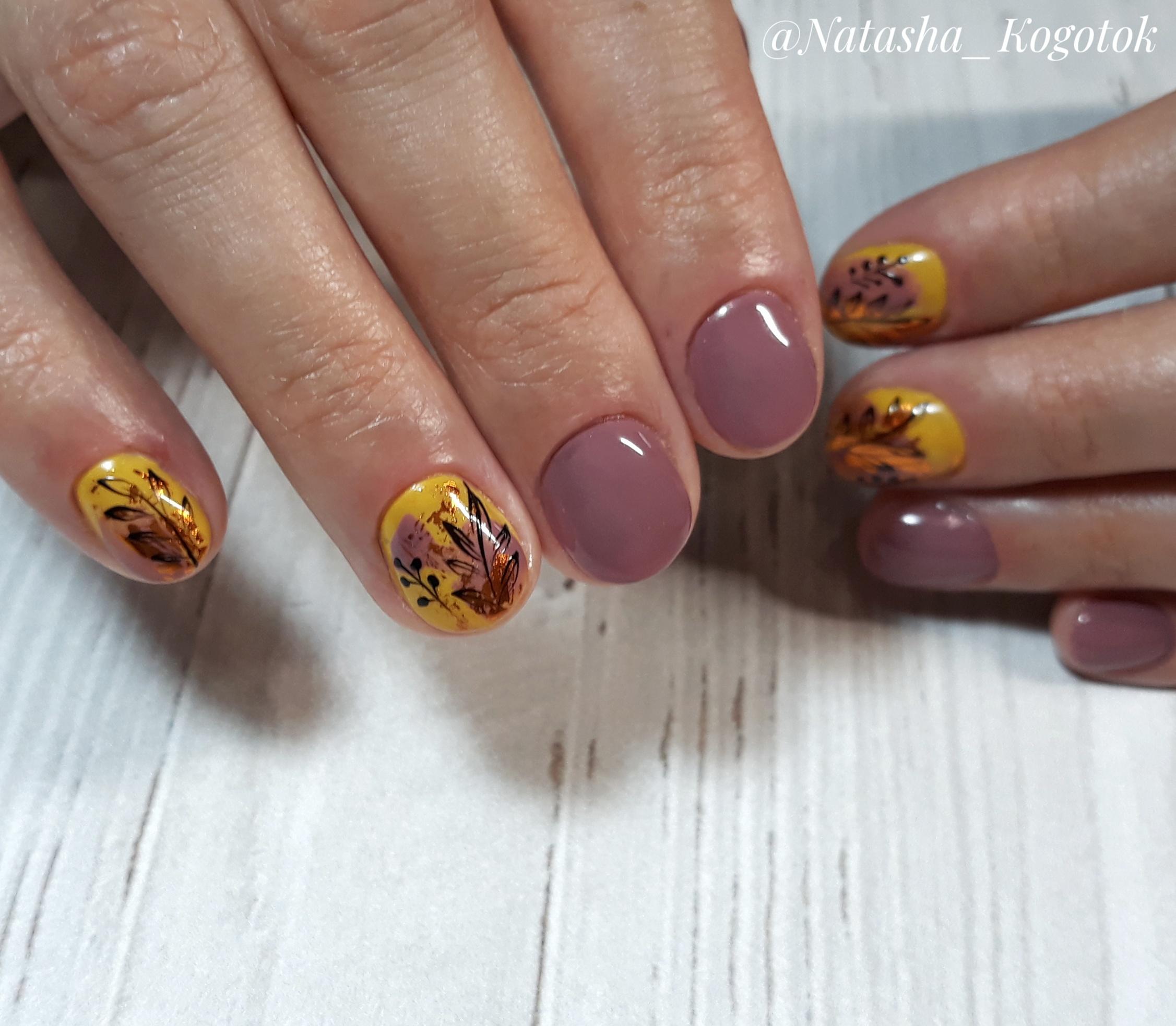Осенний маникюр с растительным рисунком в пастельных тонах на короткие ногти.