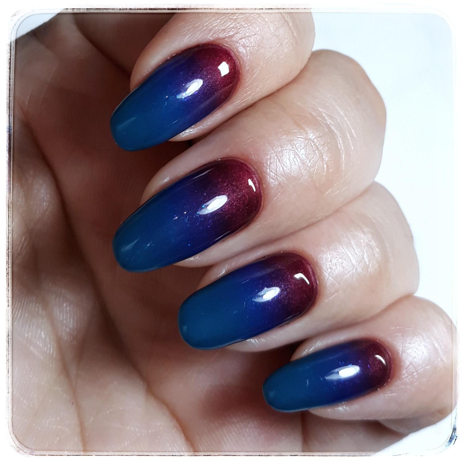 Маникюр с градиентом в синем цвете на длинные ногти.