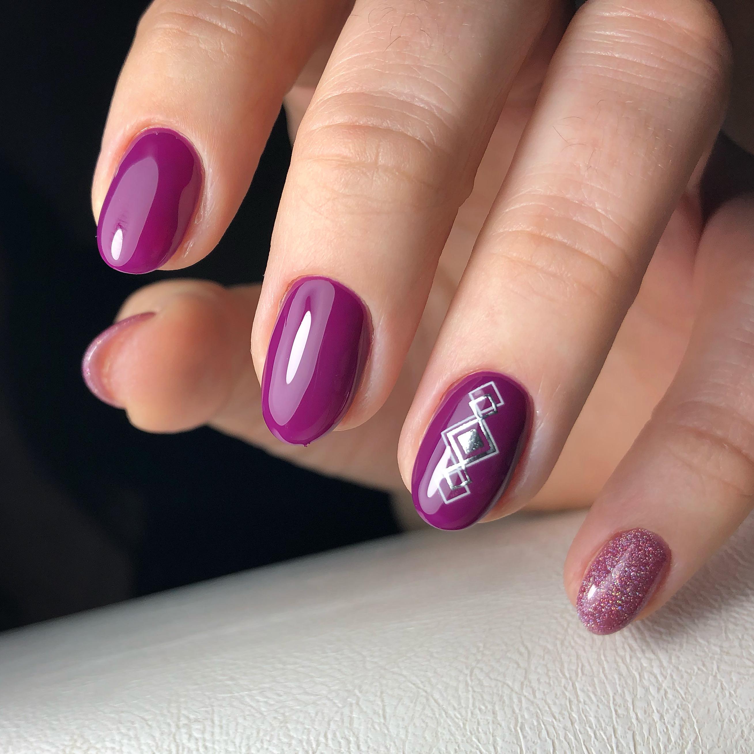 Маникюр с геометрическим слайдером и блестками в баклажановом цвете.