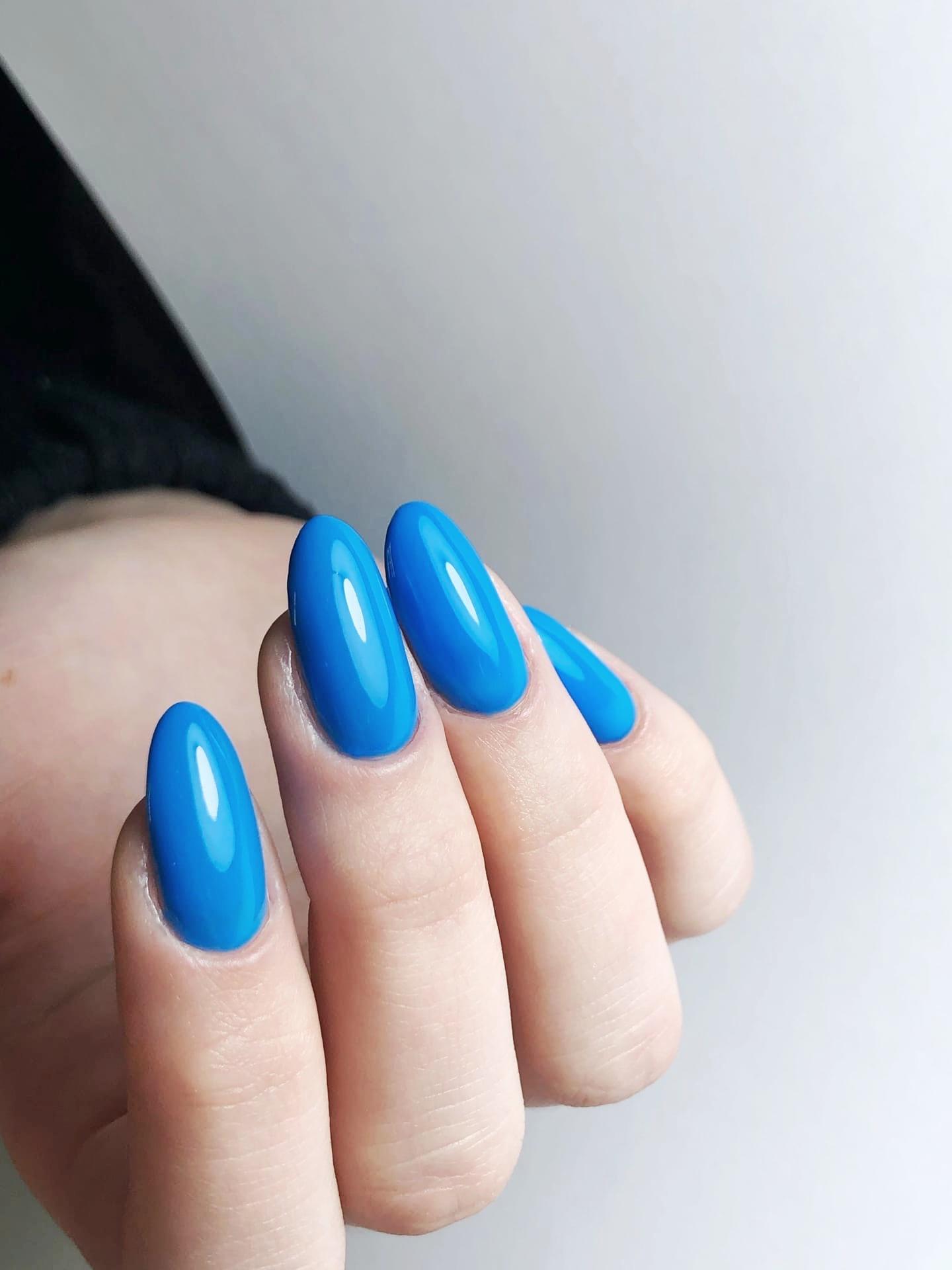 Маникюр в голубом цвете.