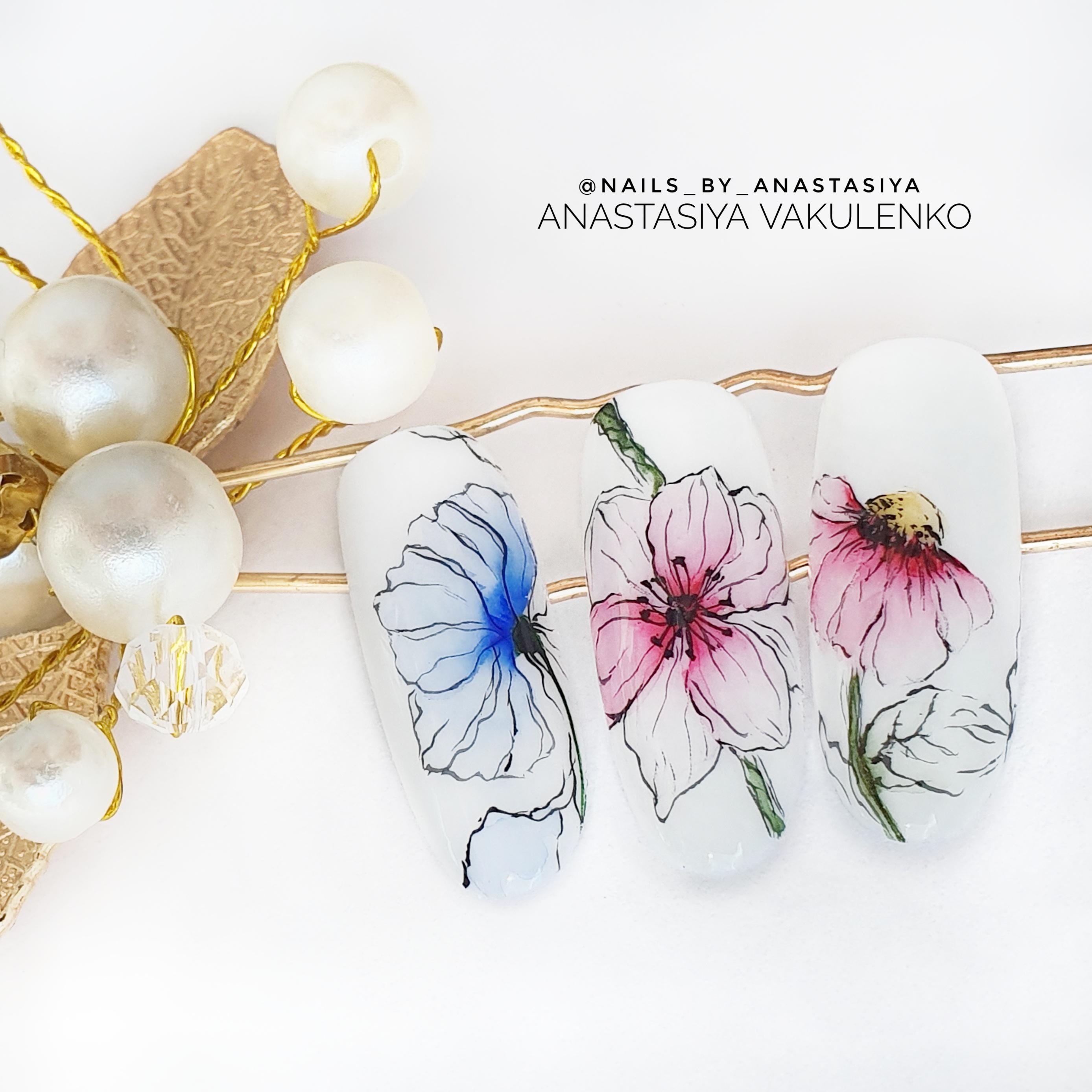 Маникюр с акварельным цветочным рисунком.