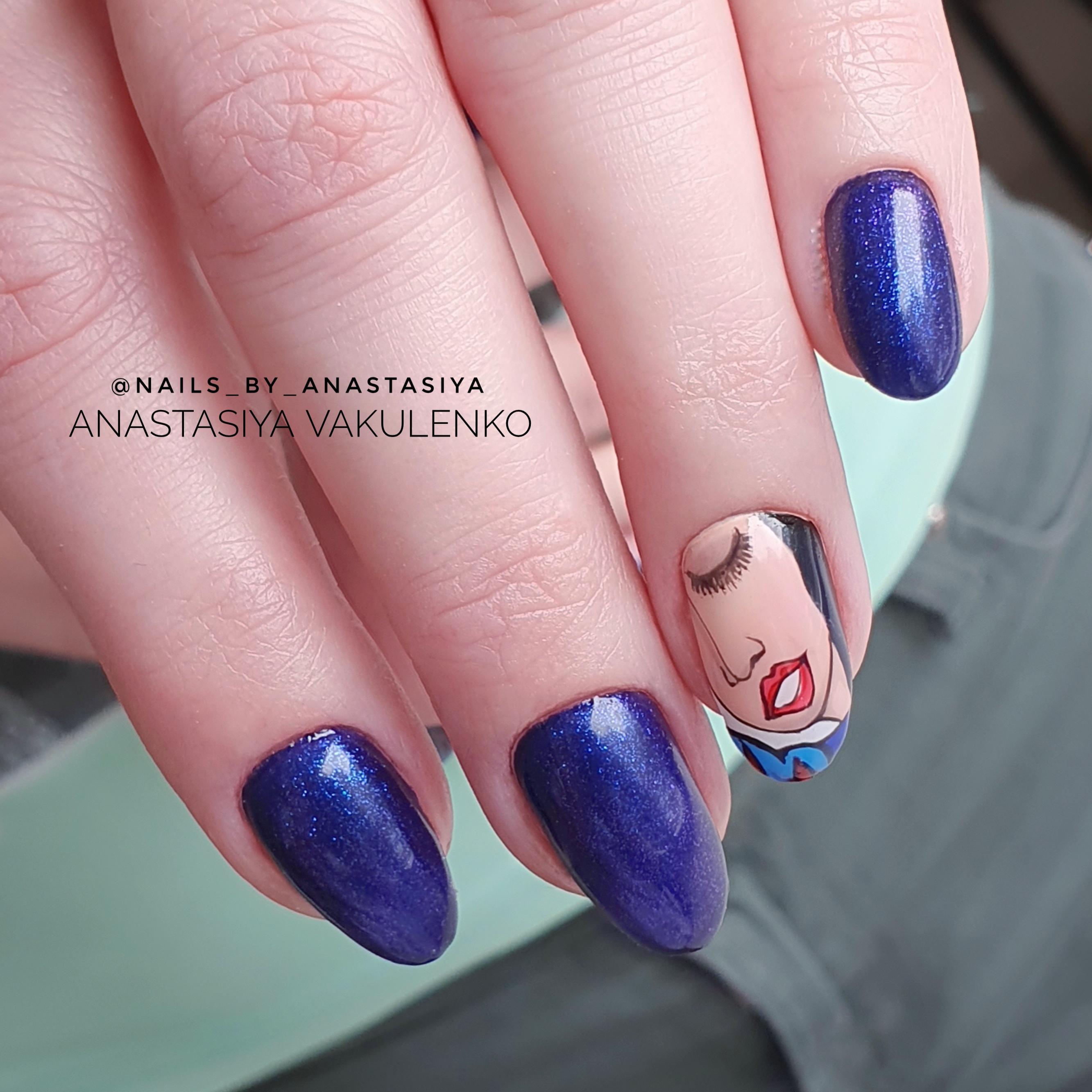 Маникюр с рисунком в синем цвете на короткие ногти.