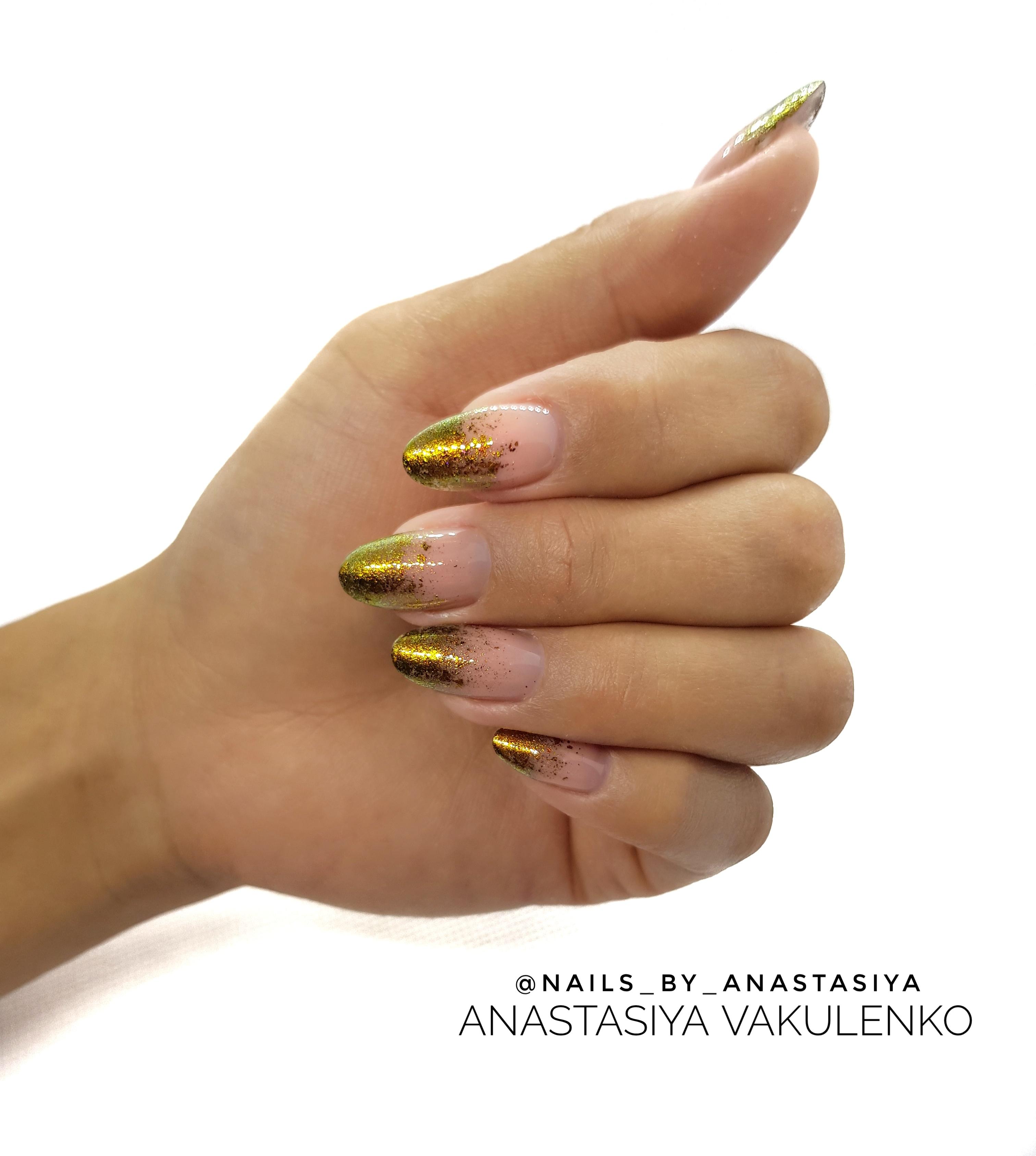 Нюдовый маникюр с золотыми блестками.