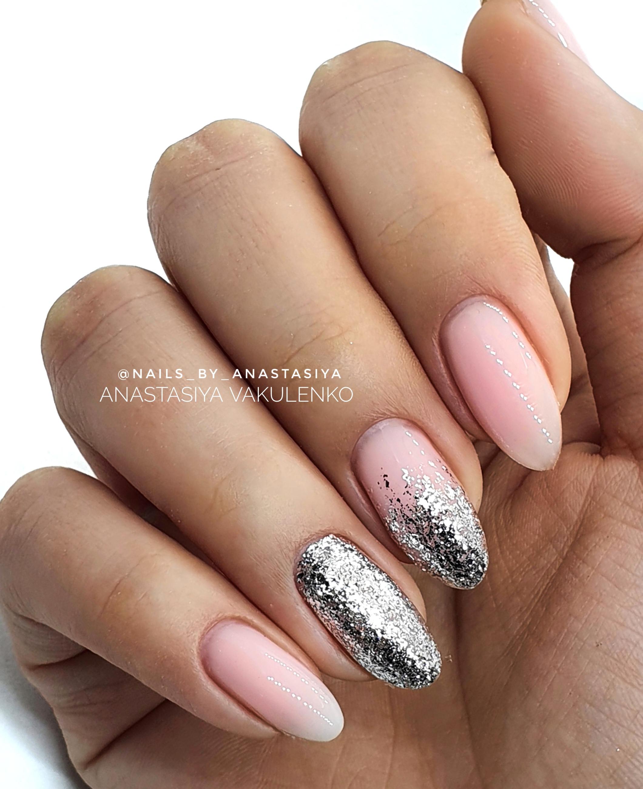 Маникюр с серебряными блестками в розовом цвете.