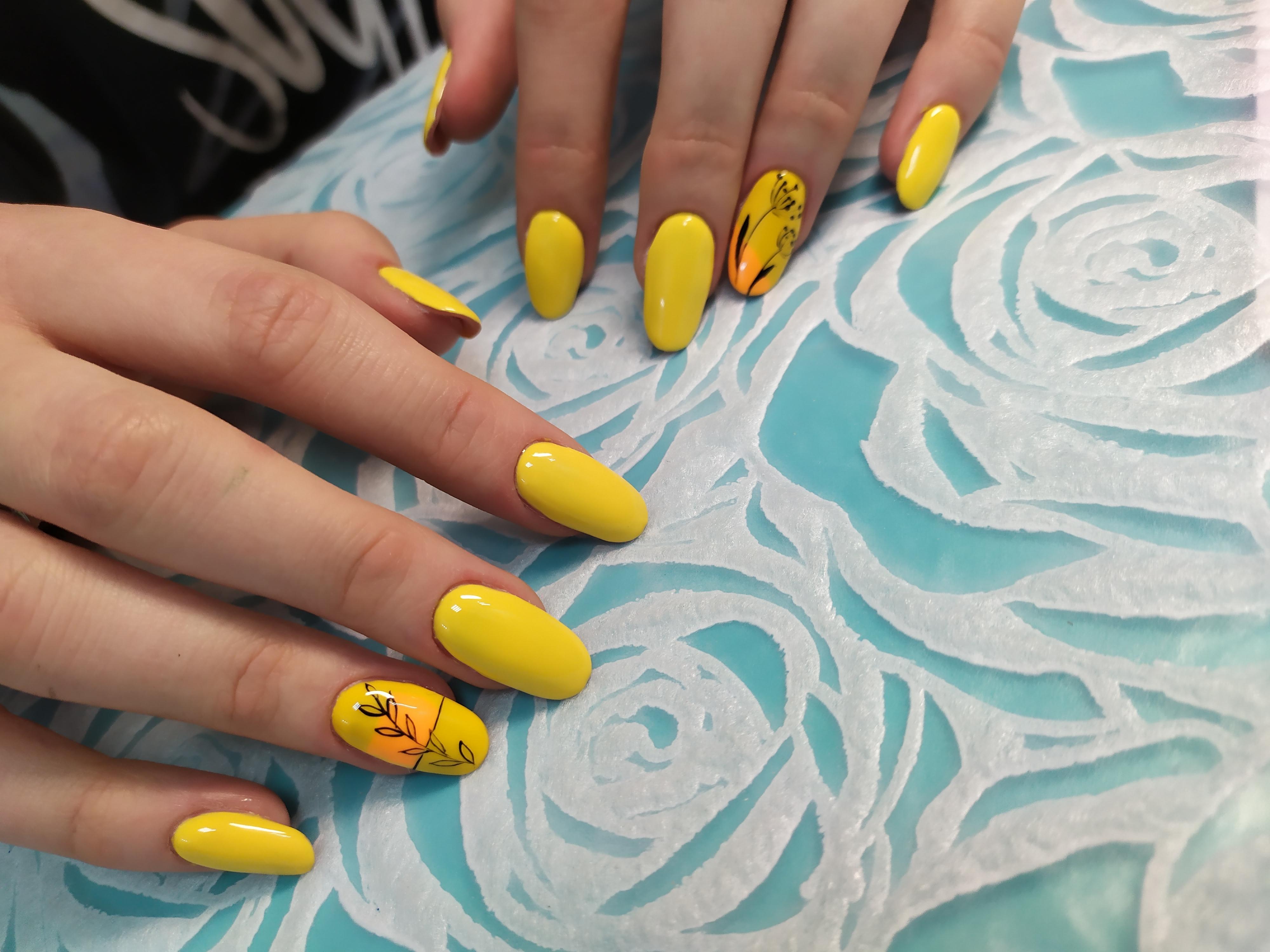 Маникюр с растительным рисунком в желтом цвете.