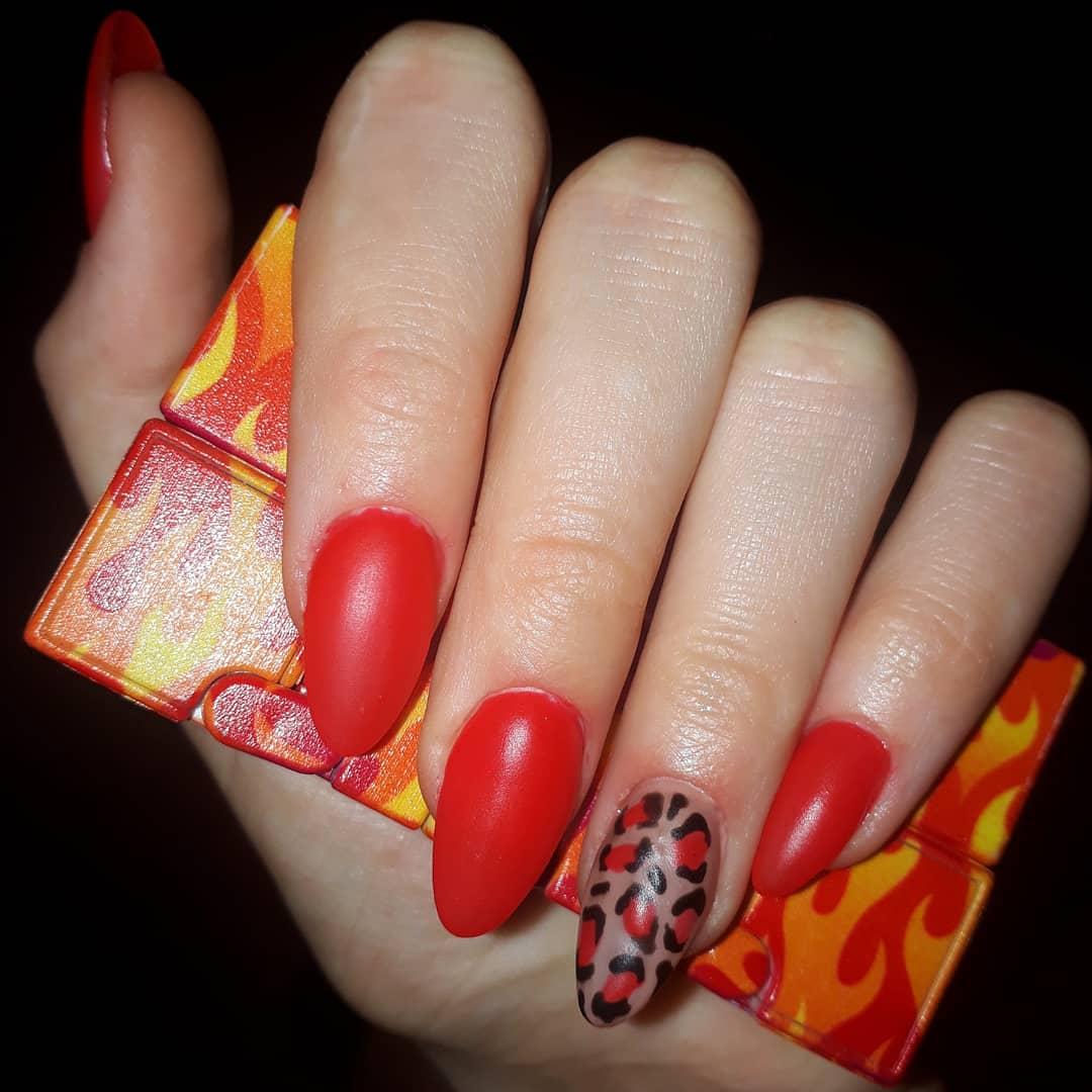 Матовый маникюр с леопардовым принтом на длинные ногти.