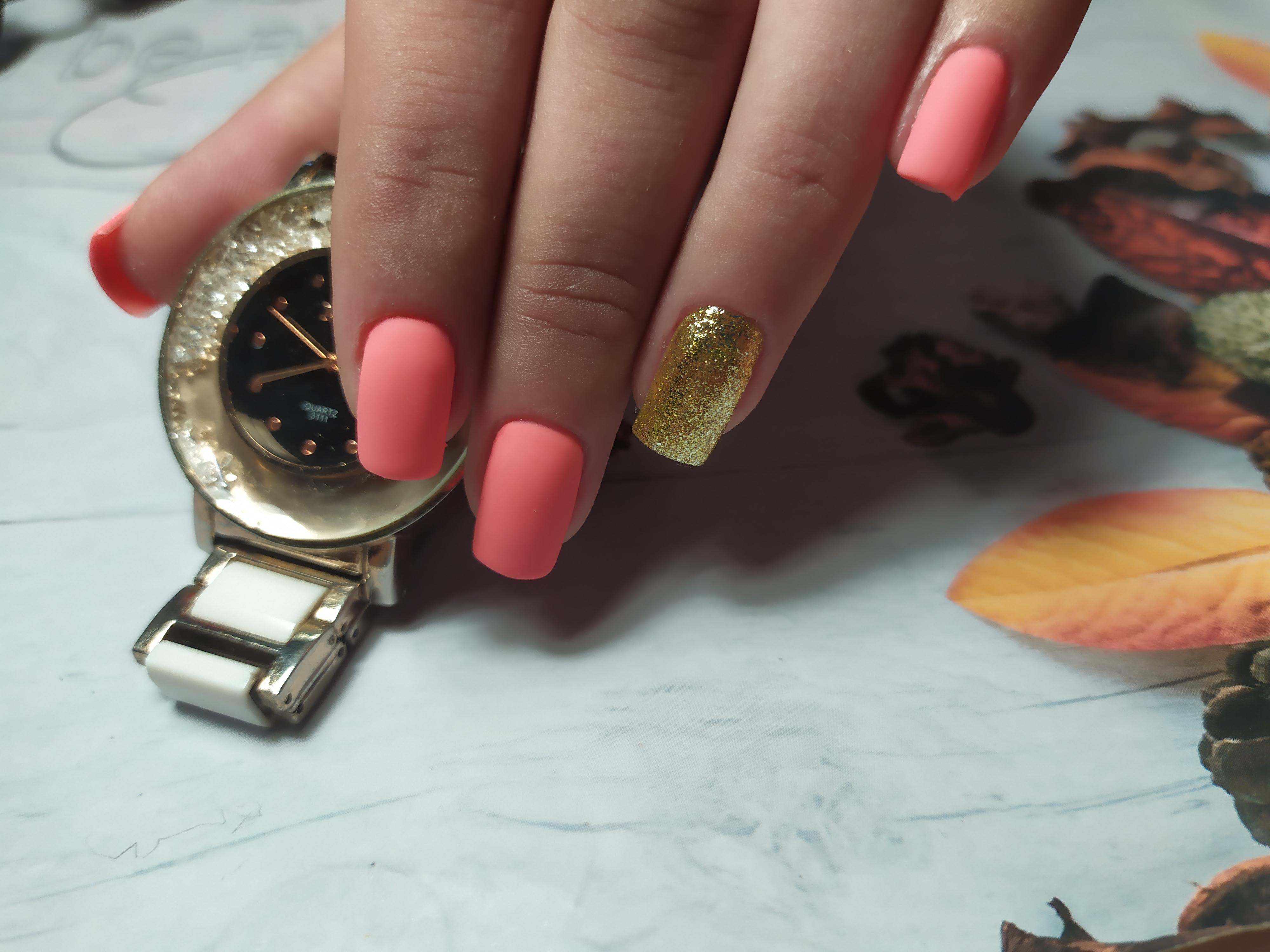 Матовый маникюр с золотыми блестками в розовом цвете.