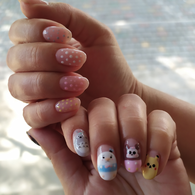 Нюдовый маникюр с мультяшными рисунками на короткие ногти.