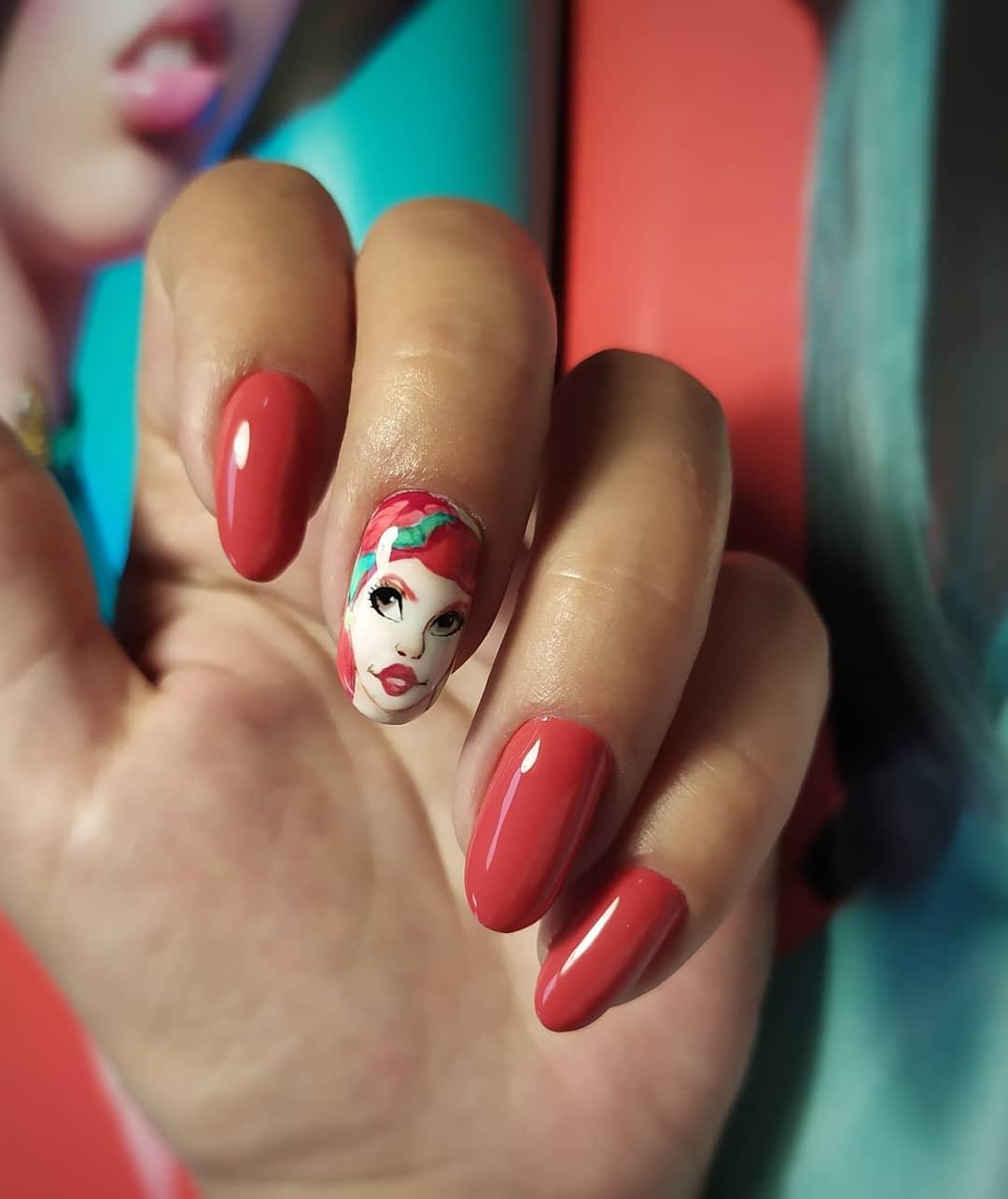 Маникюр с мультяшным рисунком в красном цвете на длинные ногти.