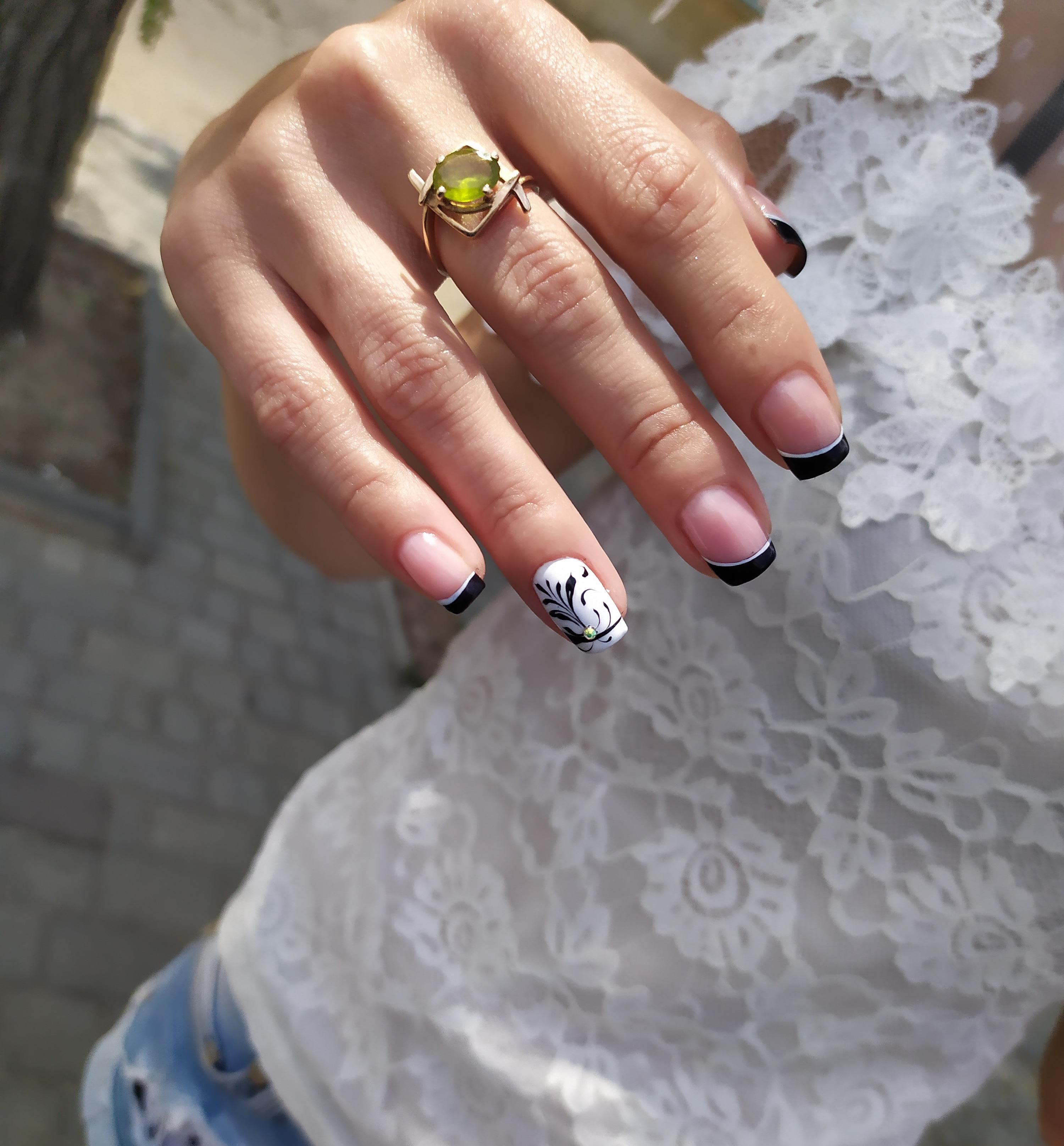 Френч с вензелями в черном цвете на короткие ногти.