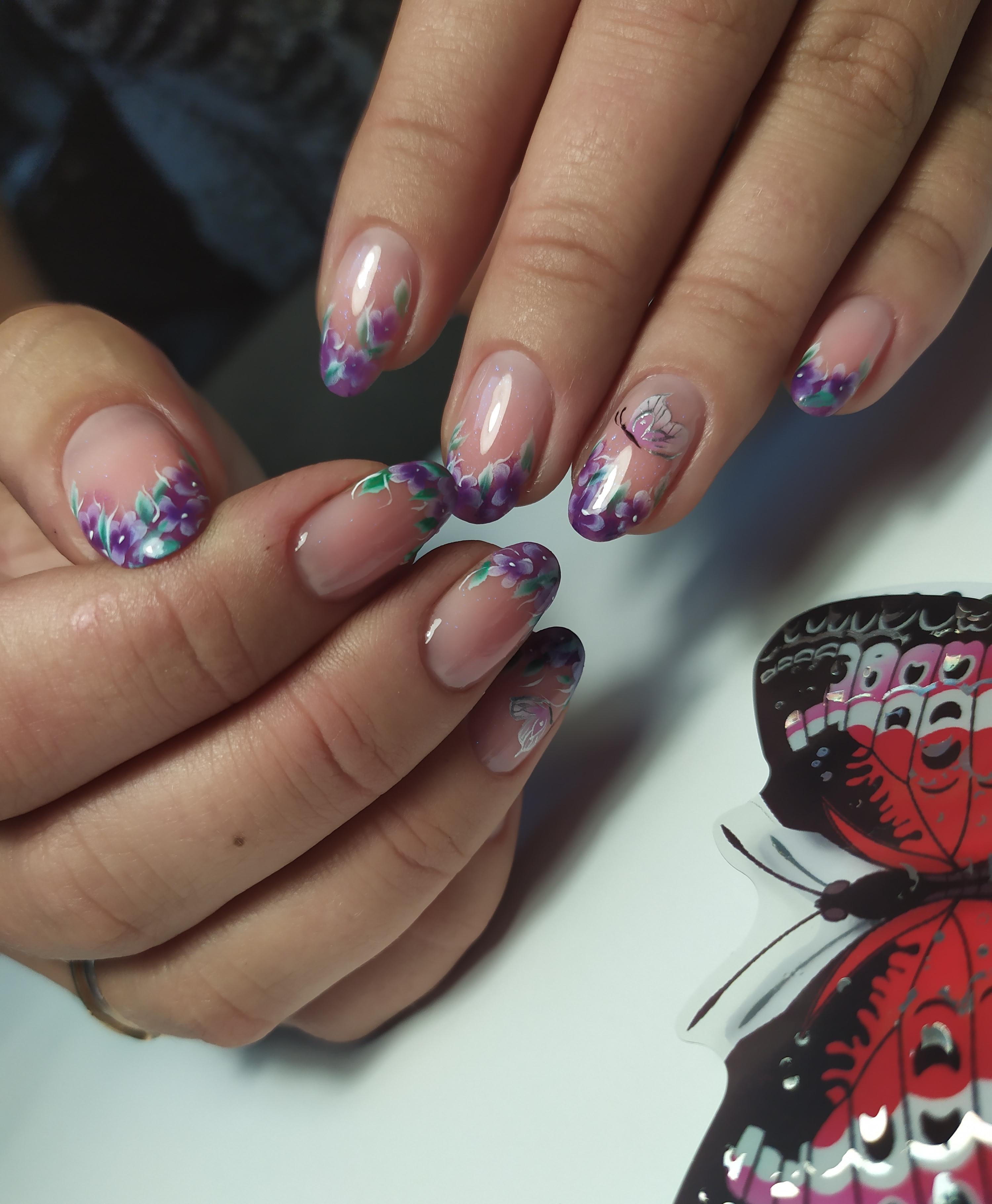 Френч с цветочным рисунком на короткие ногти.
