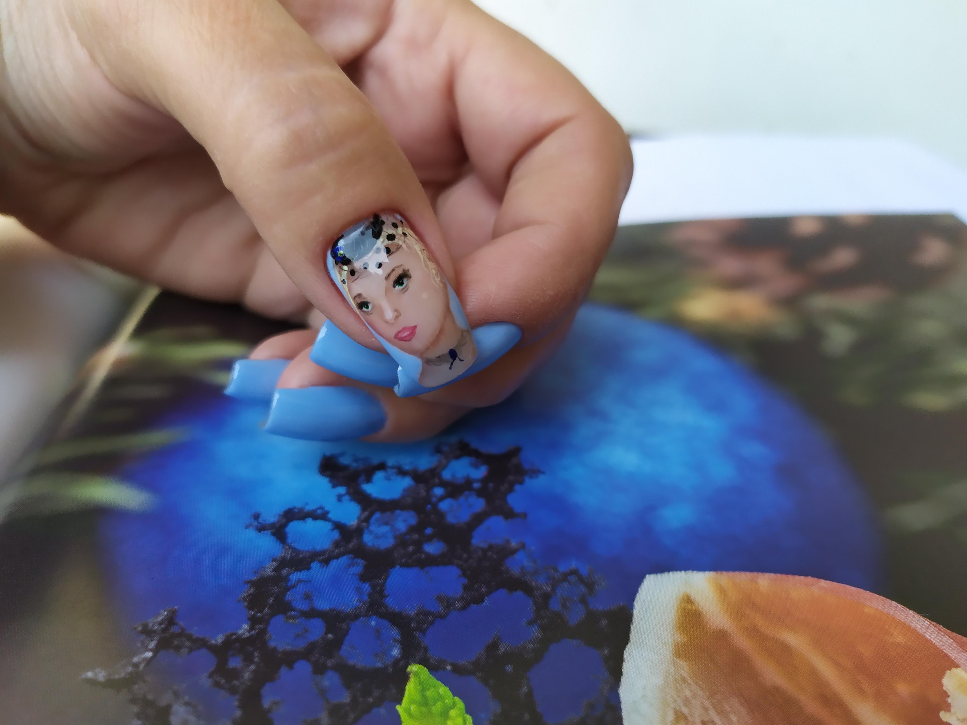 Маникюр с рисунком в голубом цвете.