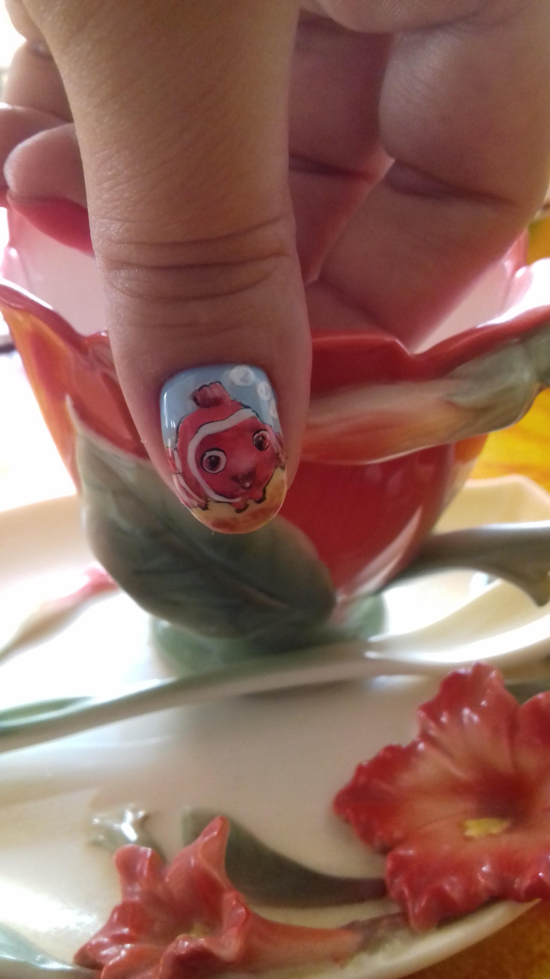Маникюр с мультяшным рисунком на короткие ногти.