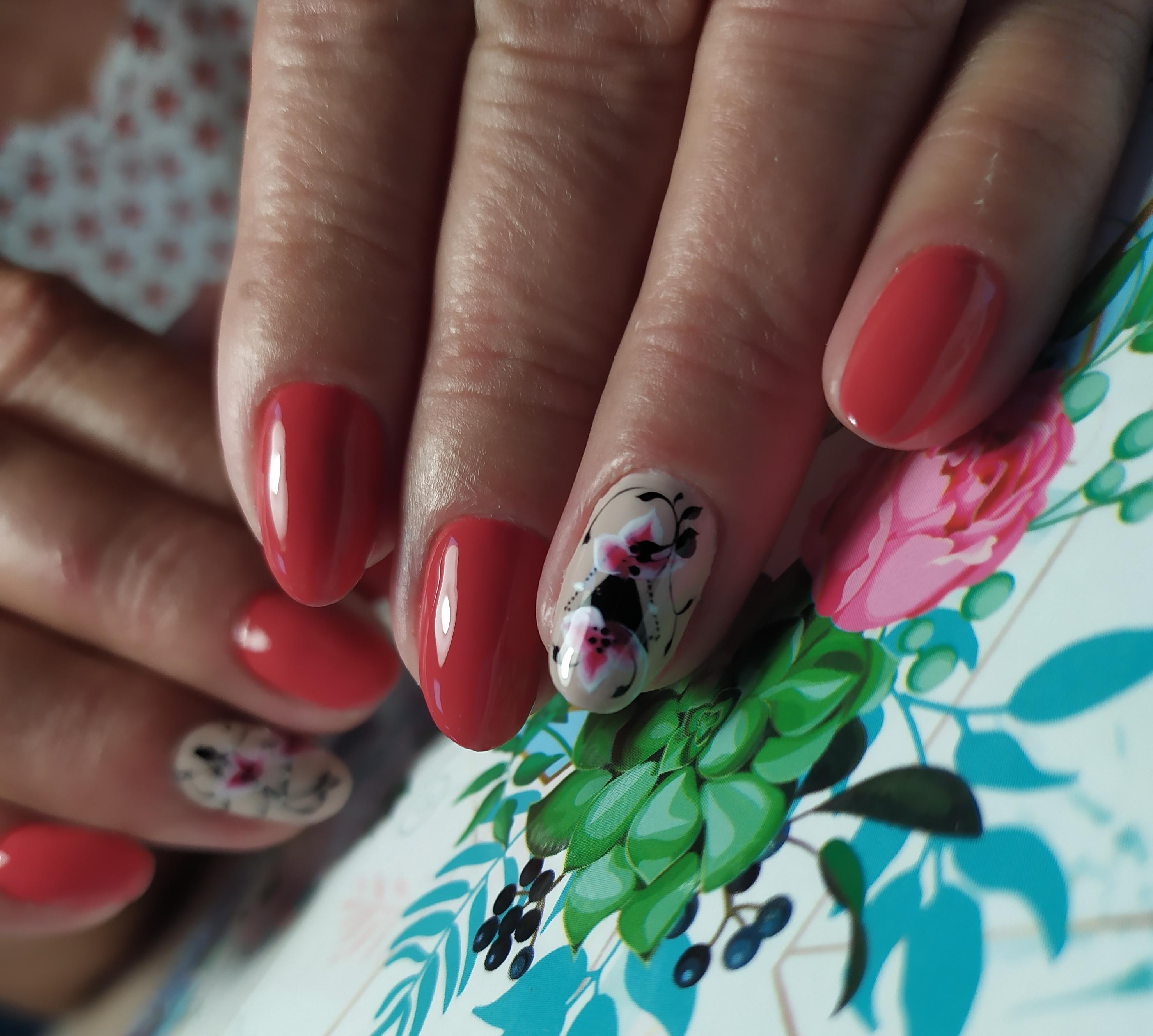 Маникюр с цветочным рисунком в красном цвете на короткие ногти.