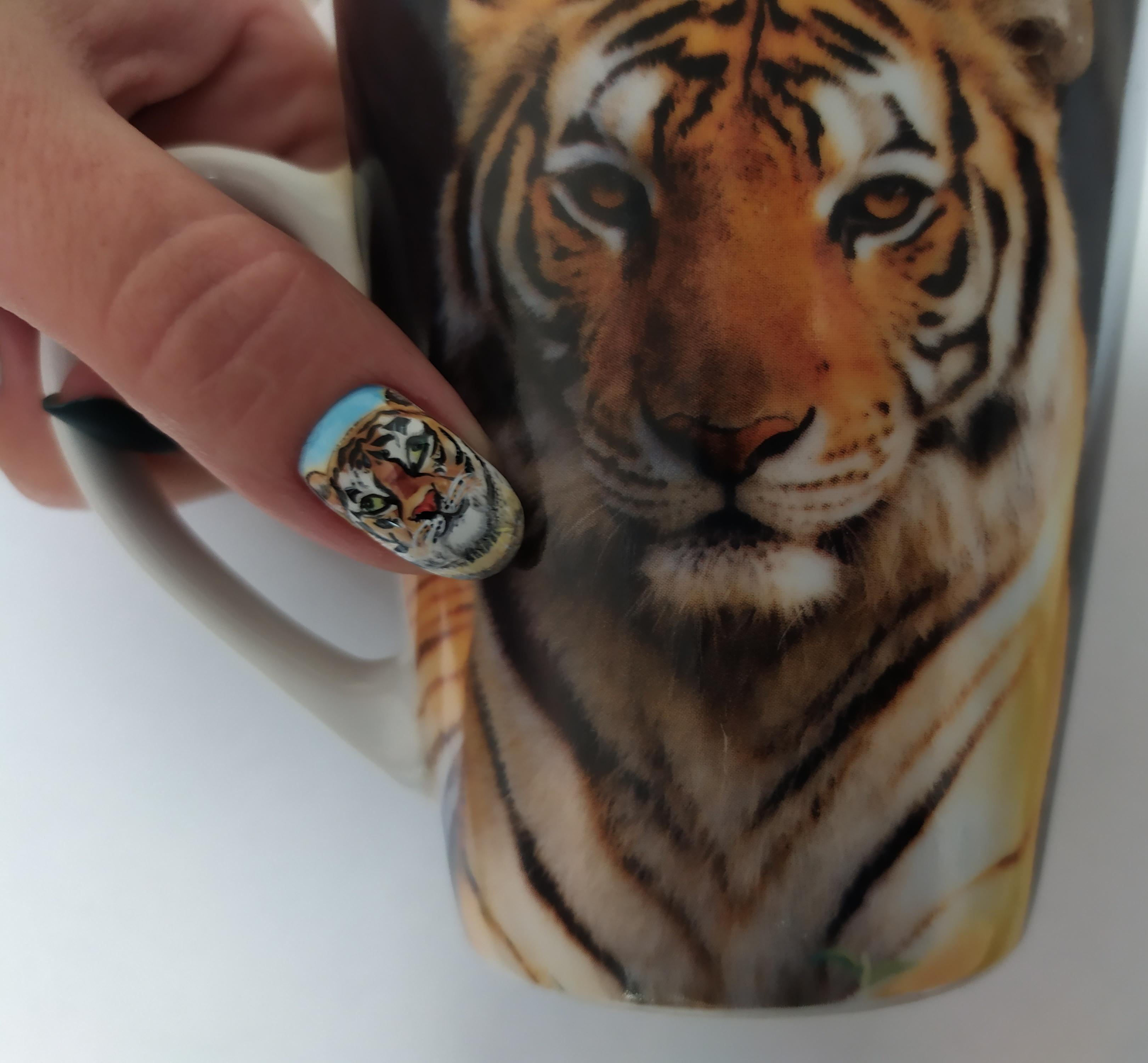 Маникюр с рисунком тигр.