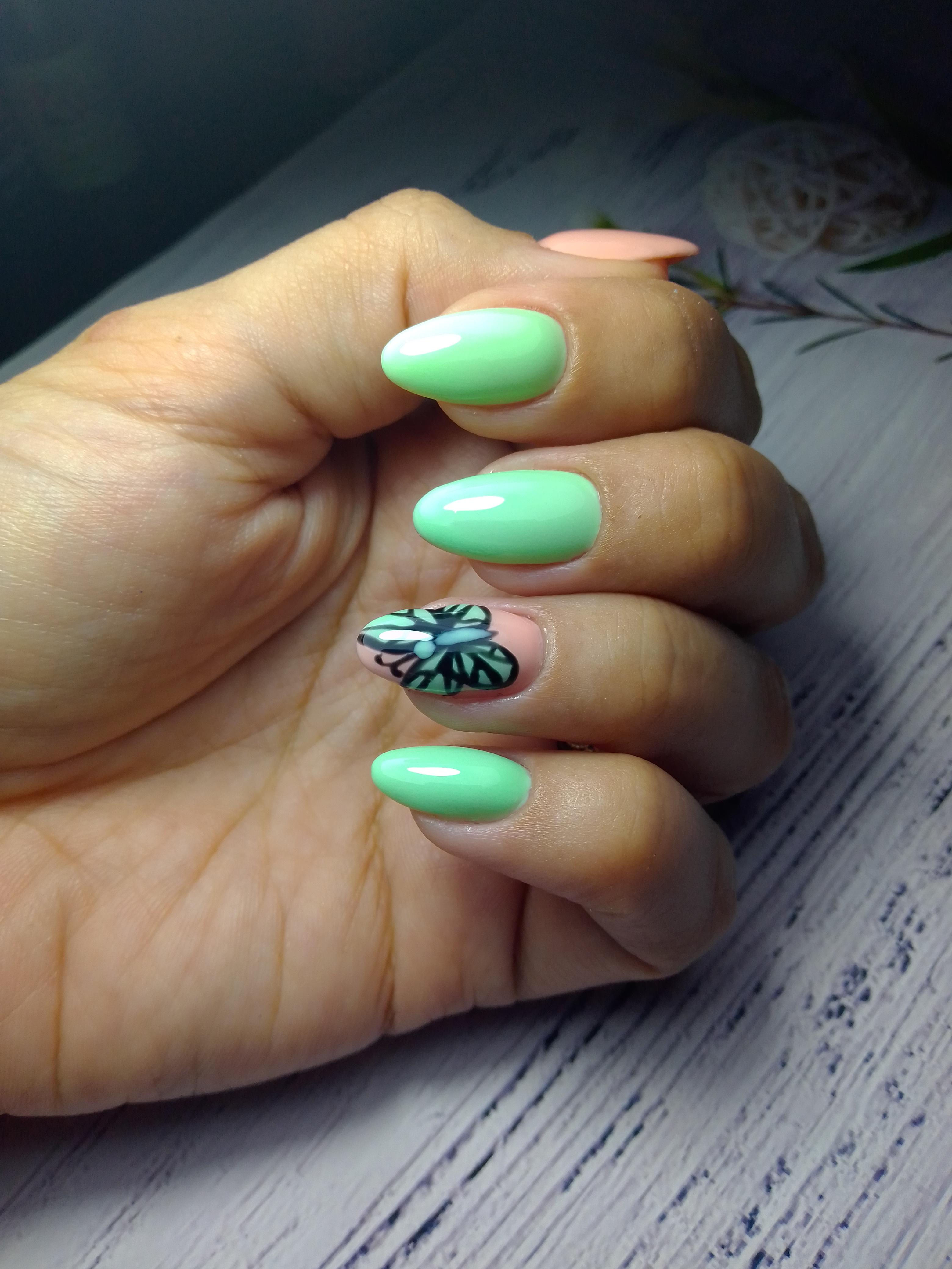Маникюр с бабочкой в салатовом цвете.